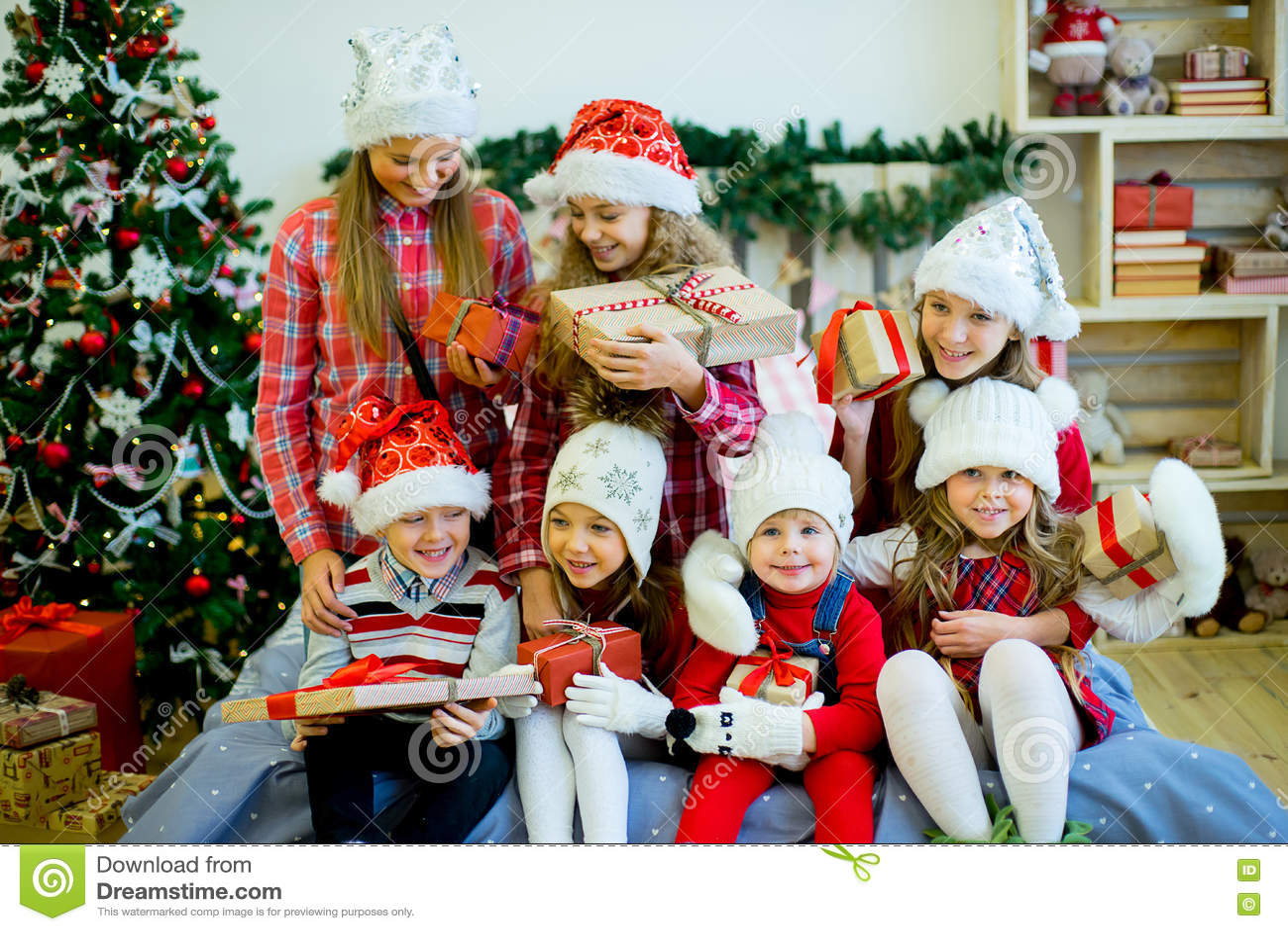 Gruppe Kinder Im Roten Hut Mit Weihnachtsgeschenken Stockfoto - Bild ...