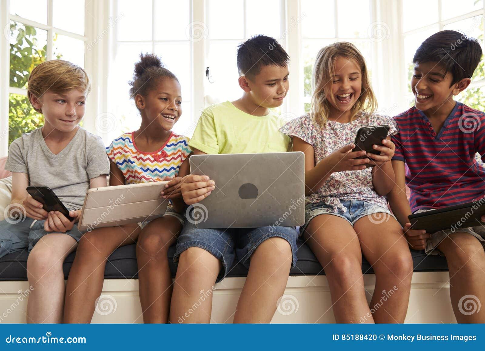 Gruppe Kinder-Sit On Window Seat And-Gebrauchs-Technologie