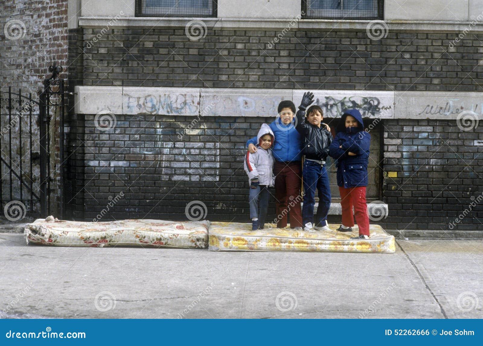 Gruppe Kleinkinder im städtischen Getto, Bronx, NY