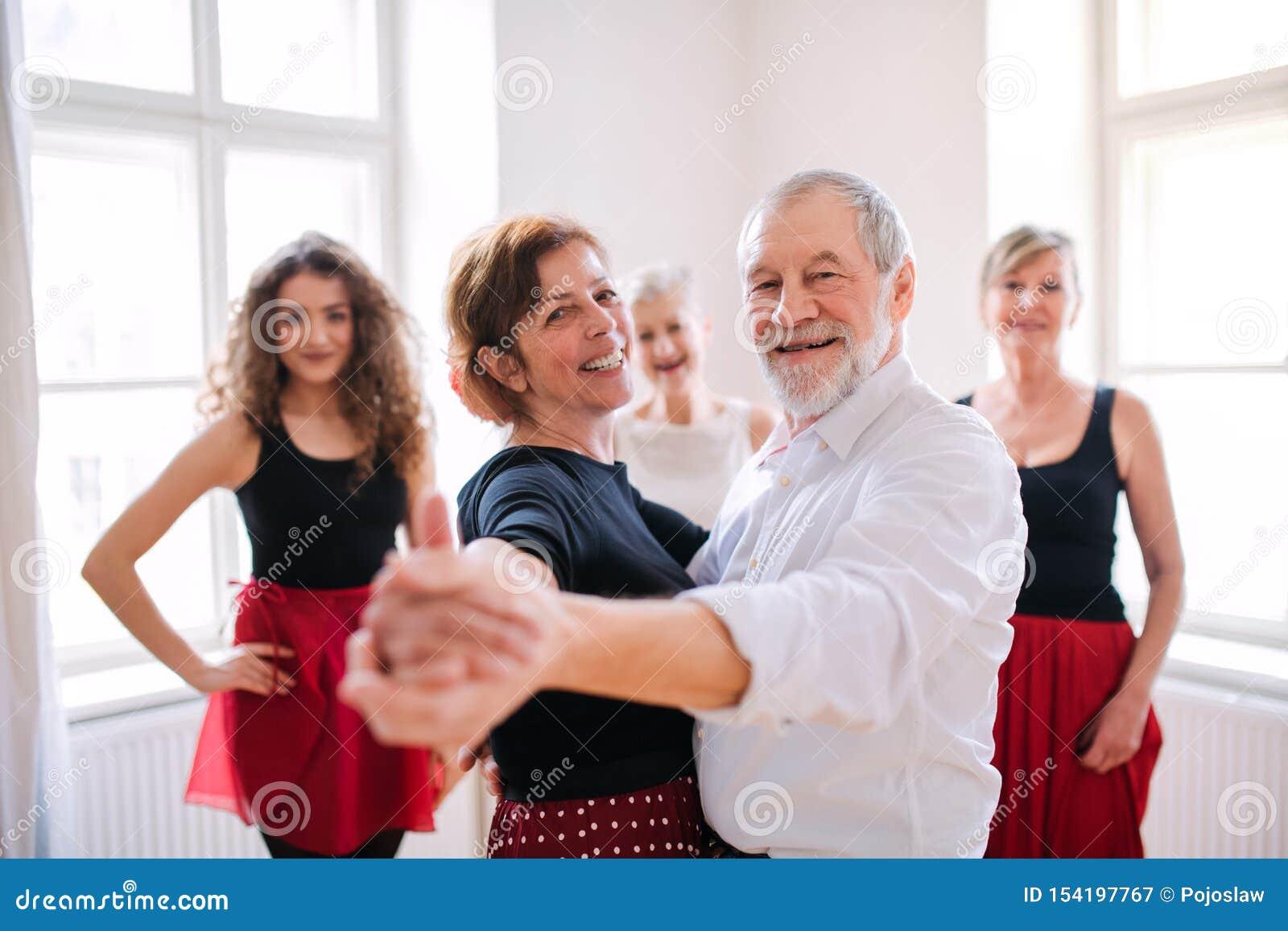 Gruppe ?ltere Leute in tanzender Klasse mit Tanzlehrer