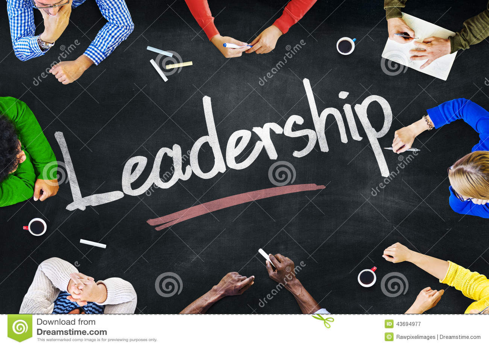 Gruppe multiethnische Leute, die über Führung sich besprechen