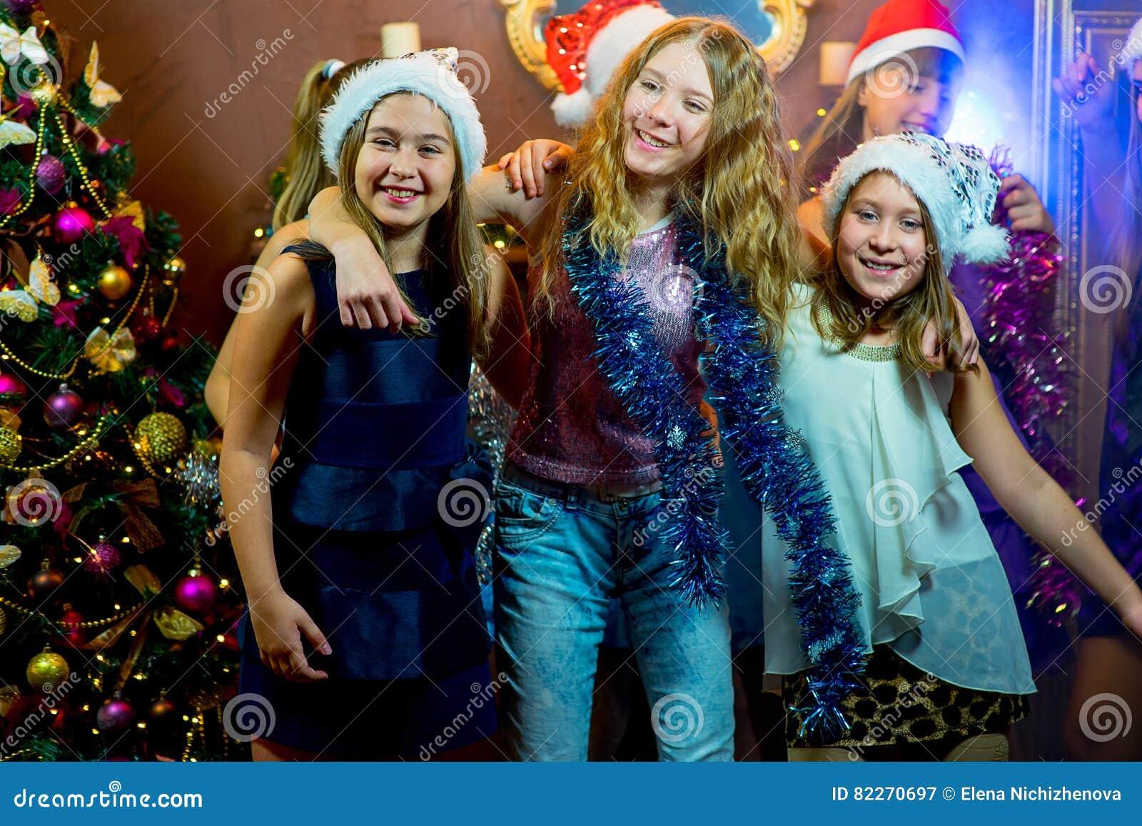 Gruppe nette junge Mädchen, die Weihnachten feiern