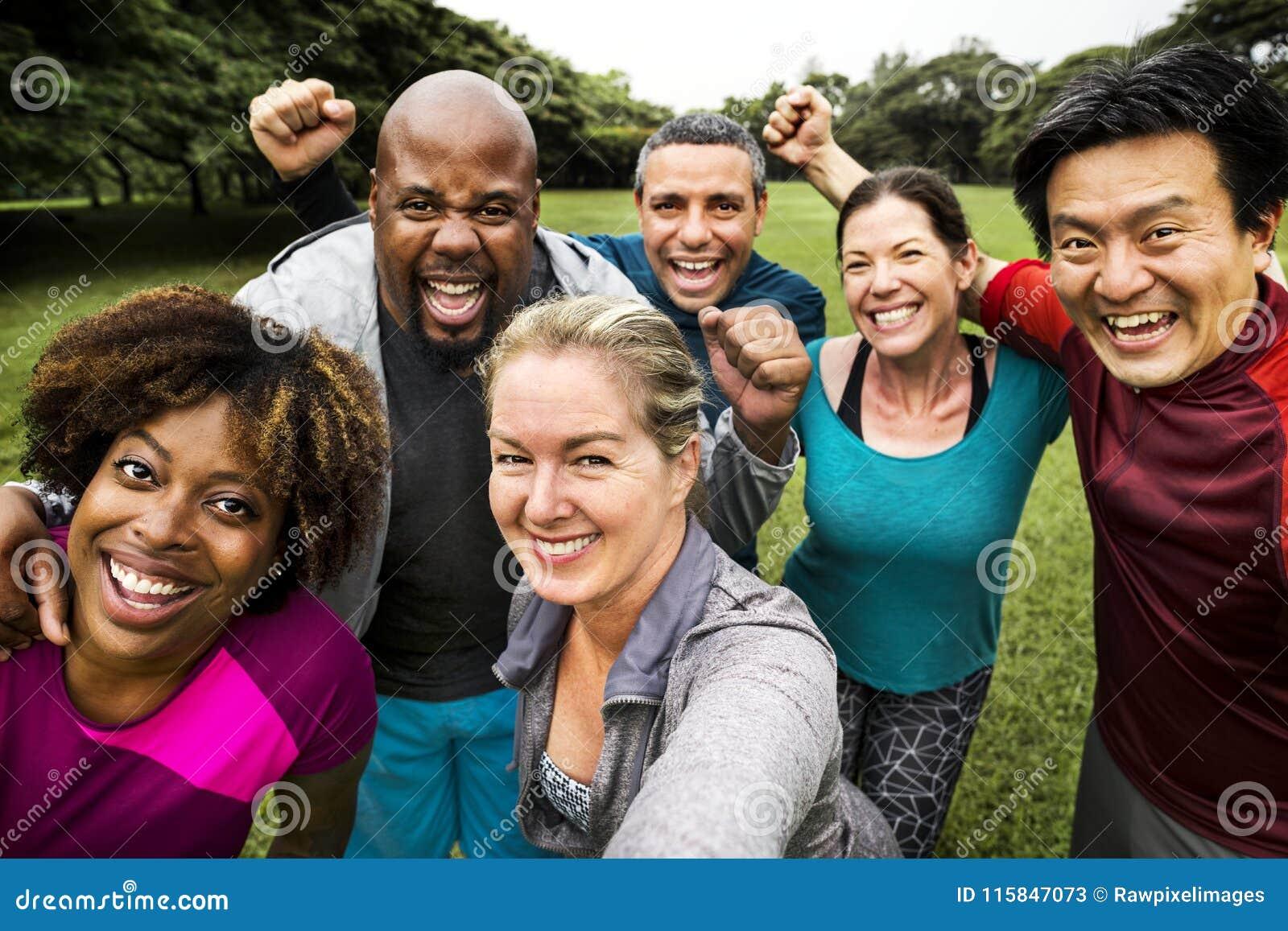 Gruppe nette verschiedene Freunde im Park