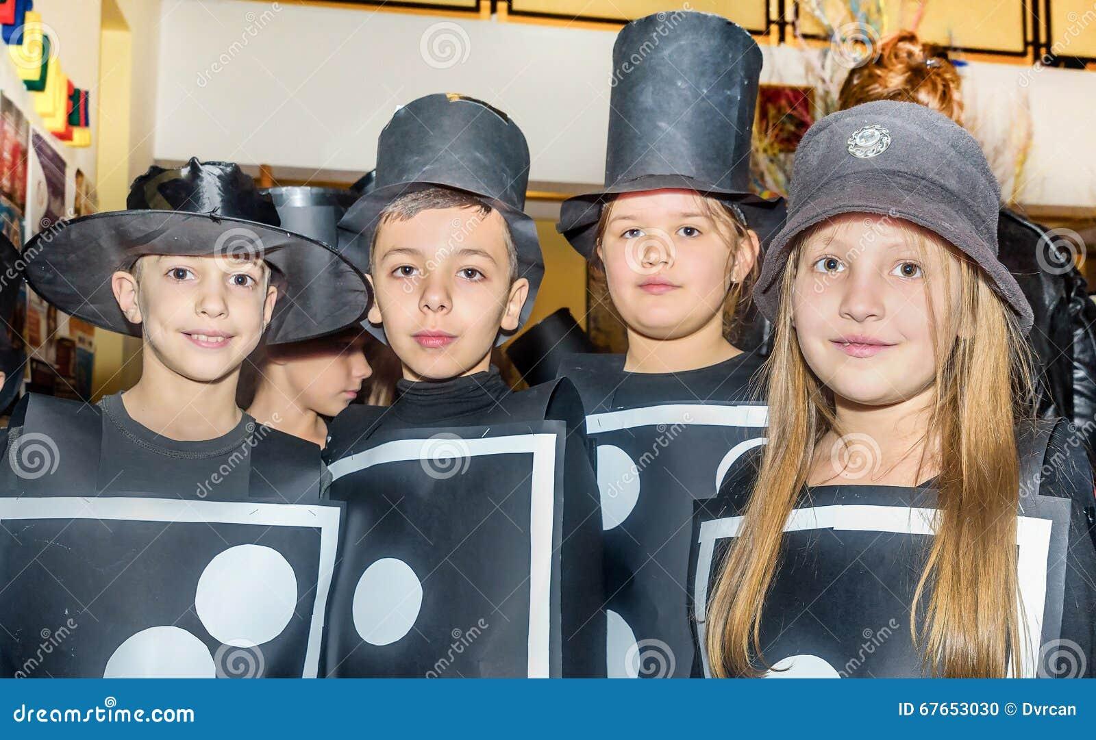 Gruppe Schulkinder, die Kostüme für maskenball tragen