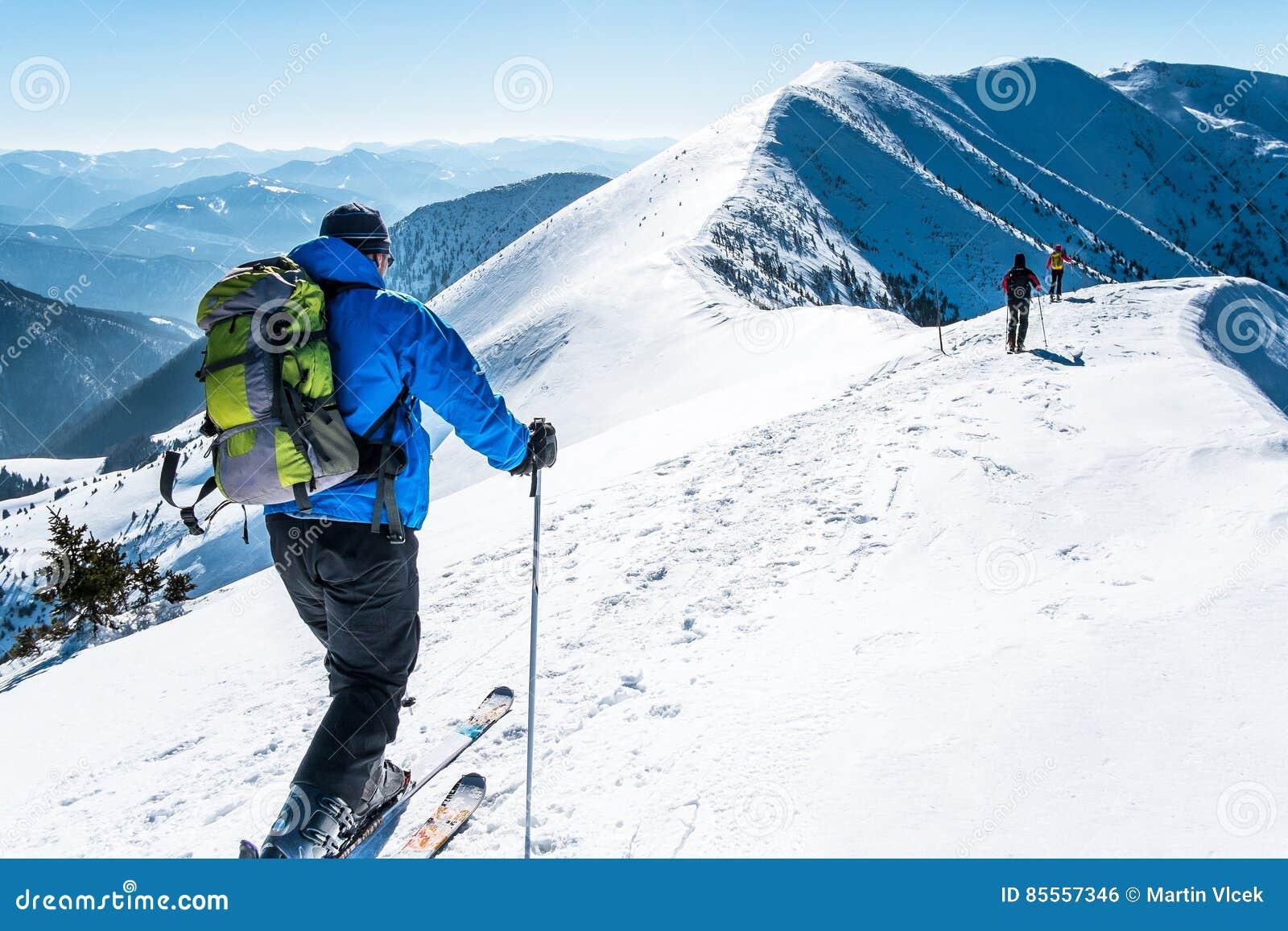 Gruppe skialpinists Schnee bedeckte Berge