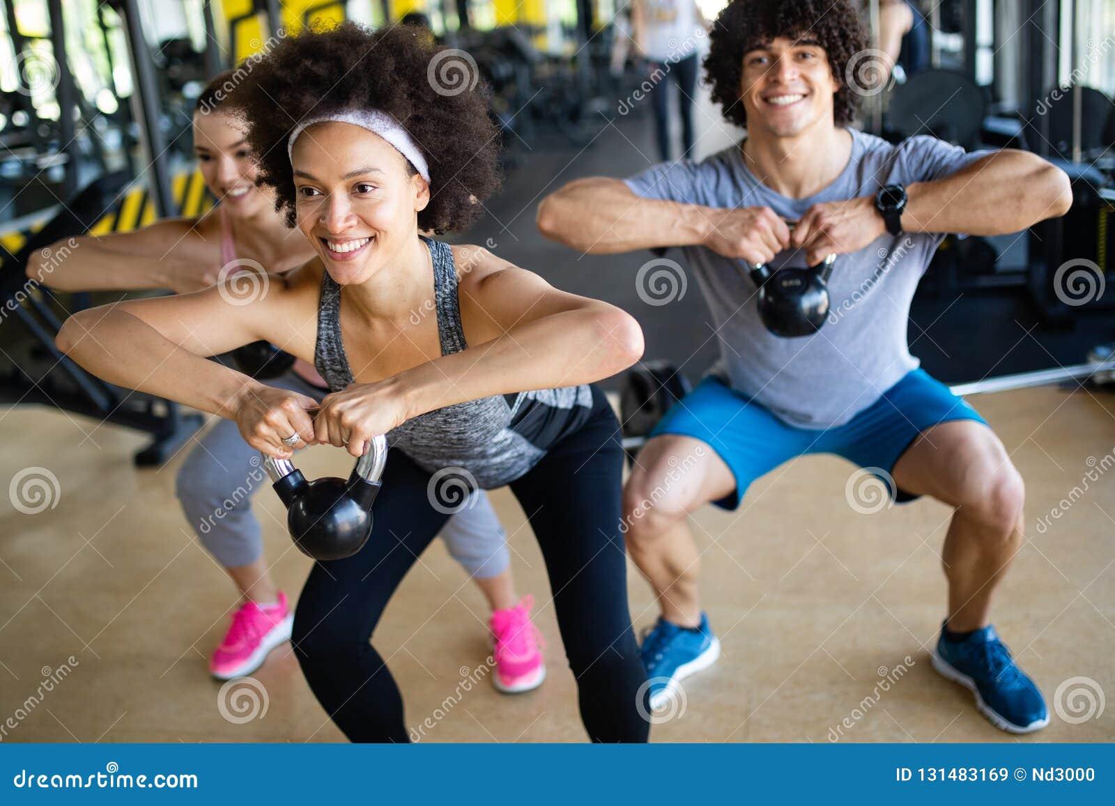 Gruppe sportive Leute in einem Turnhallen-Training