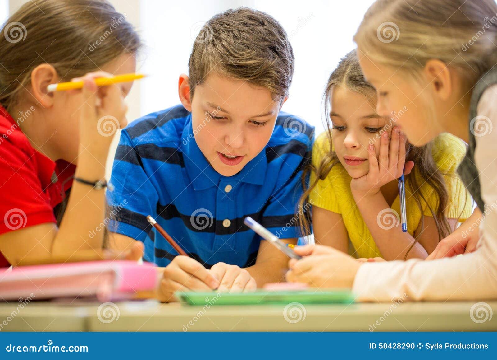 Gruppe Studenten, Die In Der Schule Sprechen Und Schreiben Stockfoto ...