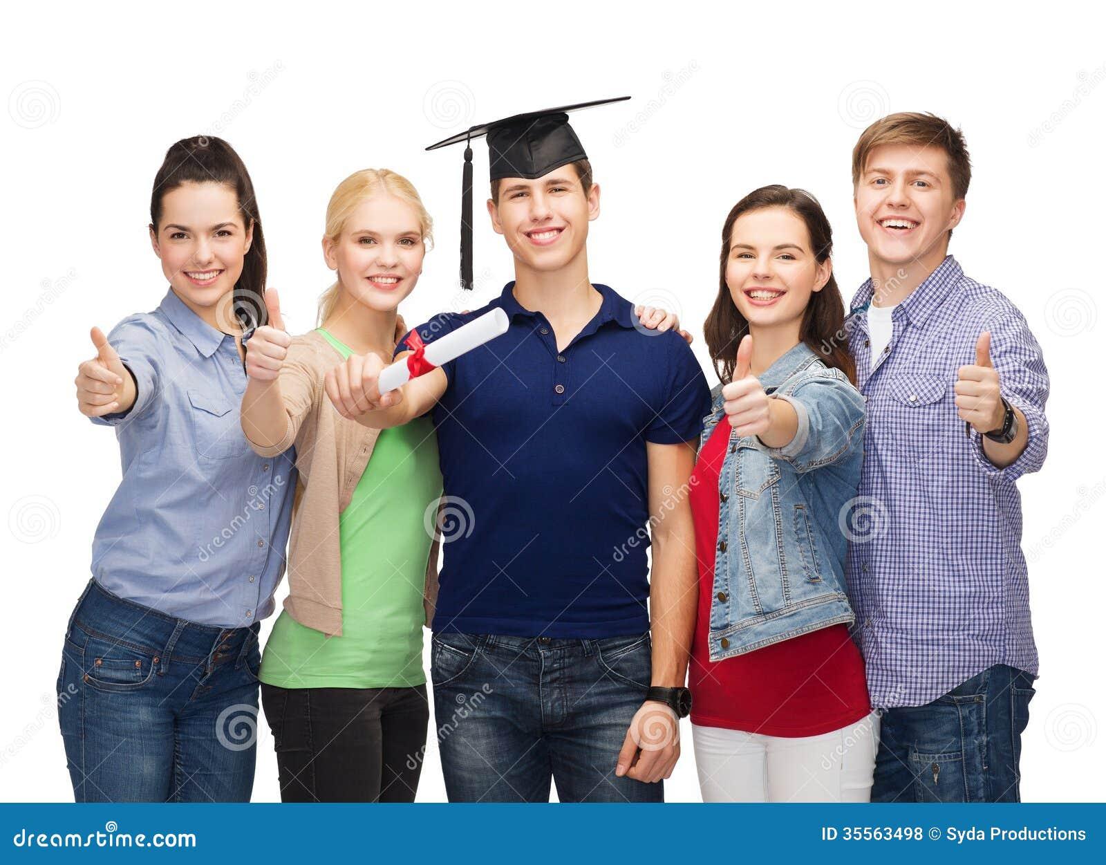 Gruppe Studenten mit dem Diplom, das sich Daumen zeigt