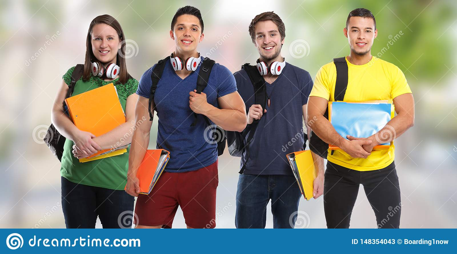 Gruppe Studenten studieren Ausbildungsstadtjunge Leute
