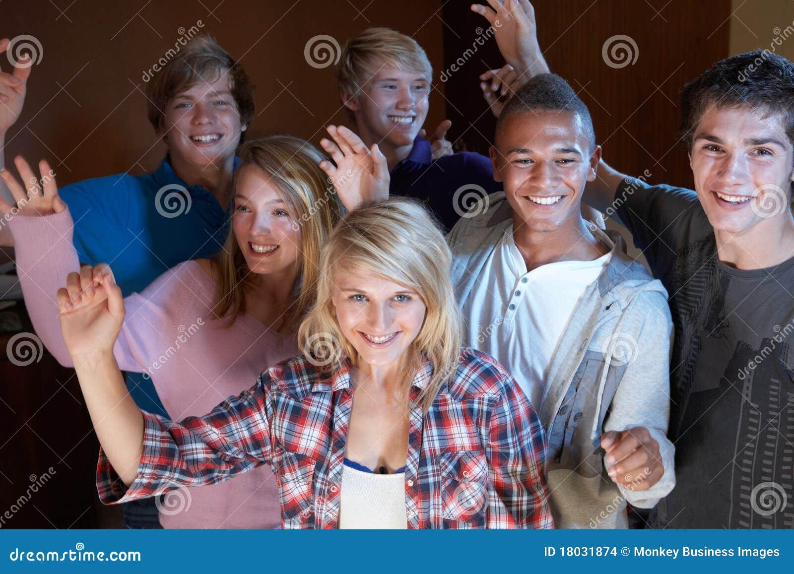 Gruppe tanzende und trinkende Jugendfreunde