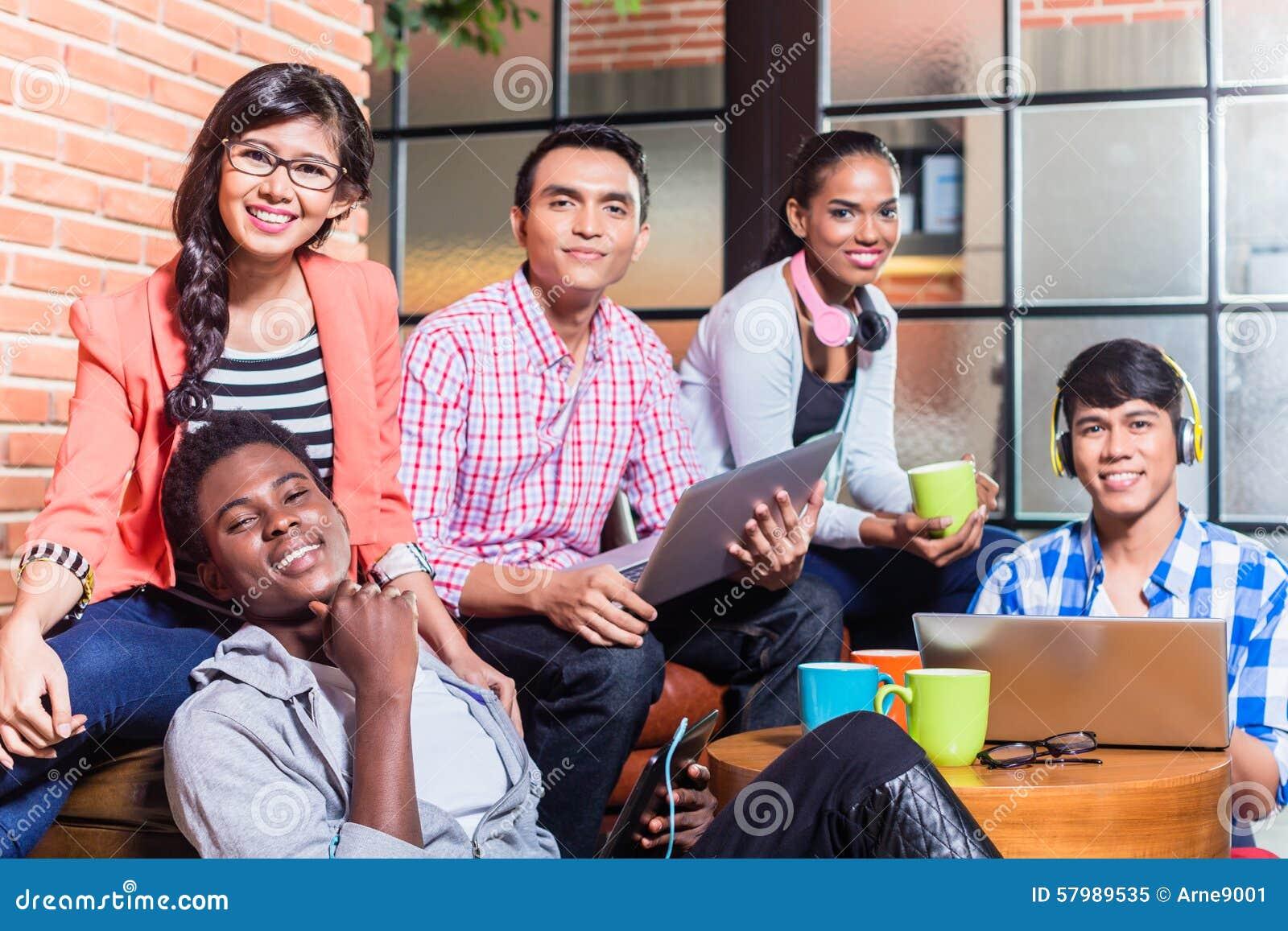 Gruppe VerschiedenartigkeitsStudenten, die auf dem Campus lernen