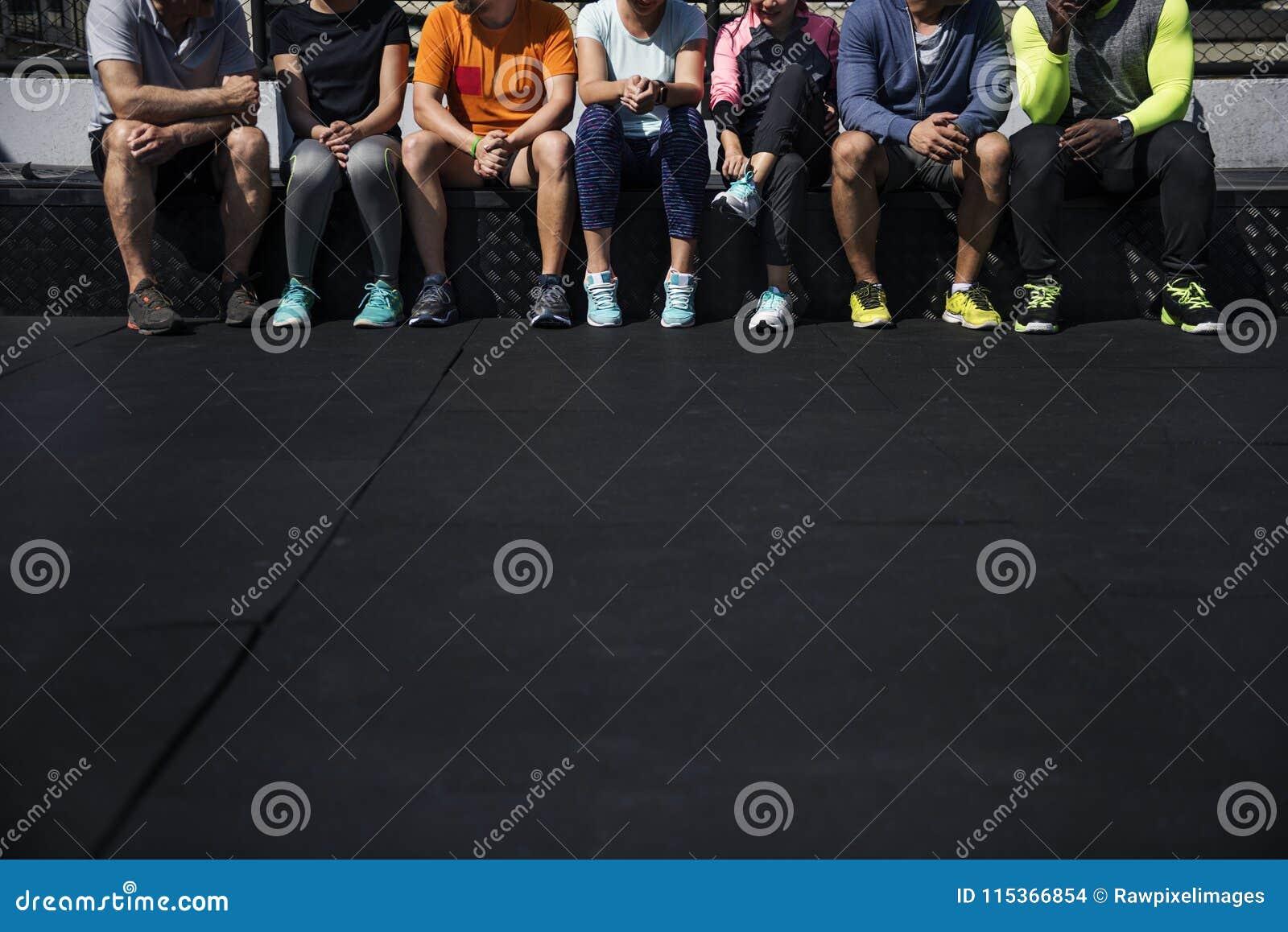 Gruppe verschiedene Athleten, die zusammen sitzen