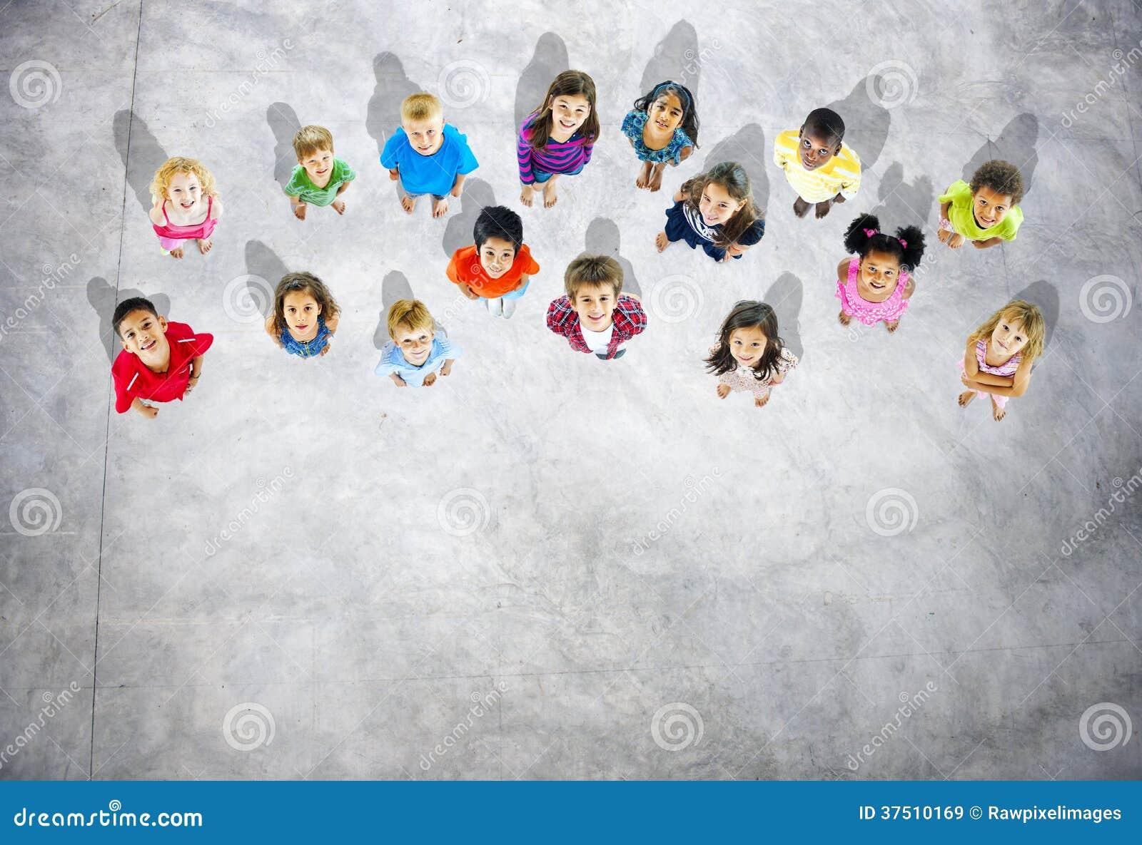 Gruppe verschiedene Kinder, die oben schauen