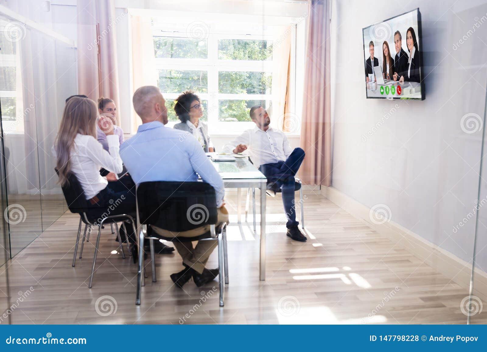 Gruppe verschiedenes Wirtschaftler-Video-Conferencing im Sitzungssaal
