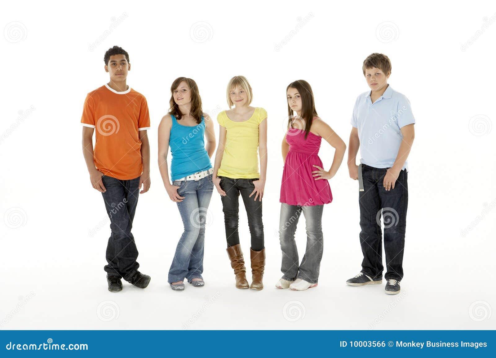 Gruppe von fünf jungen Kindern im Studio