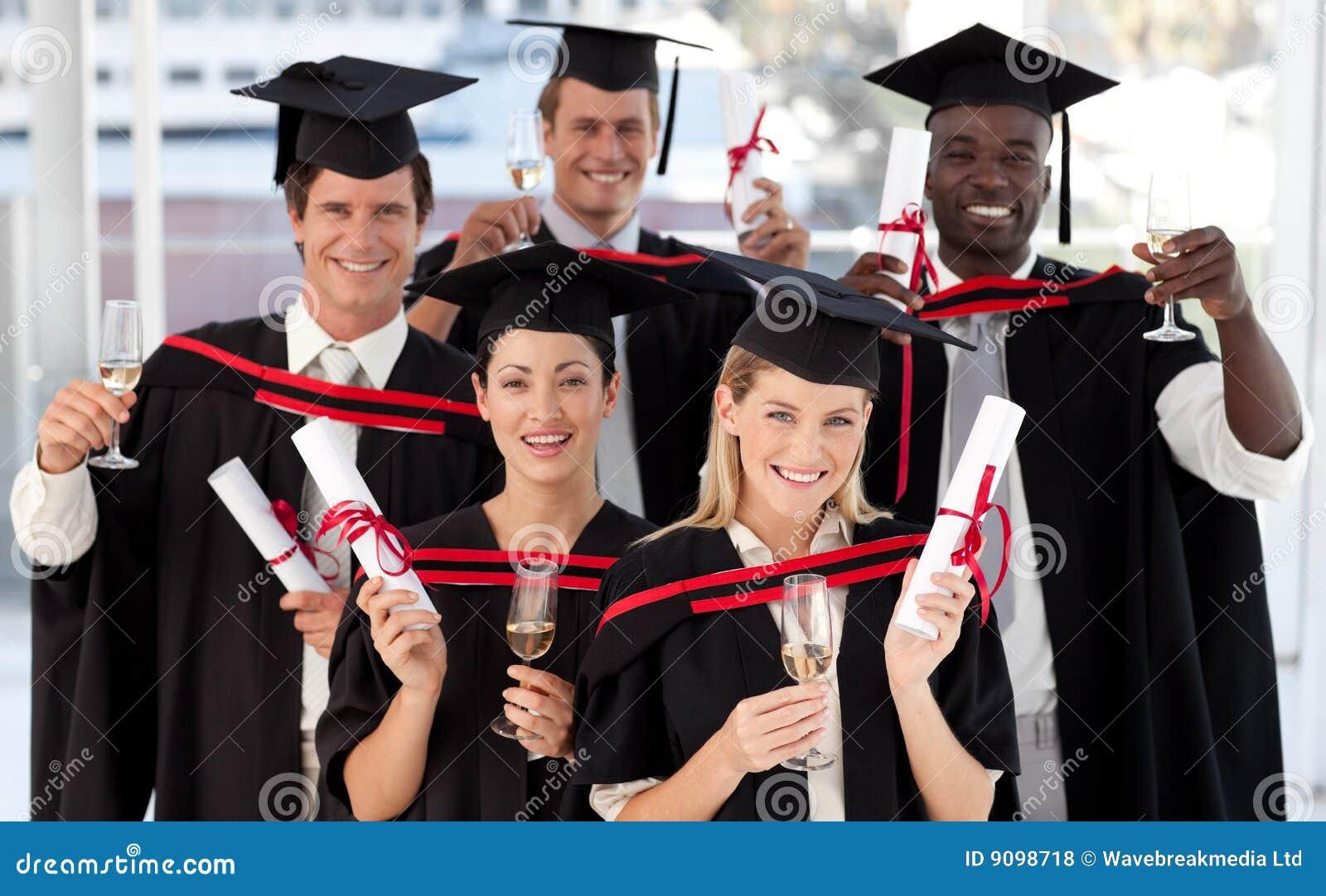 Gruppe von Personen, die von der Hochschule graduiert