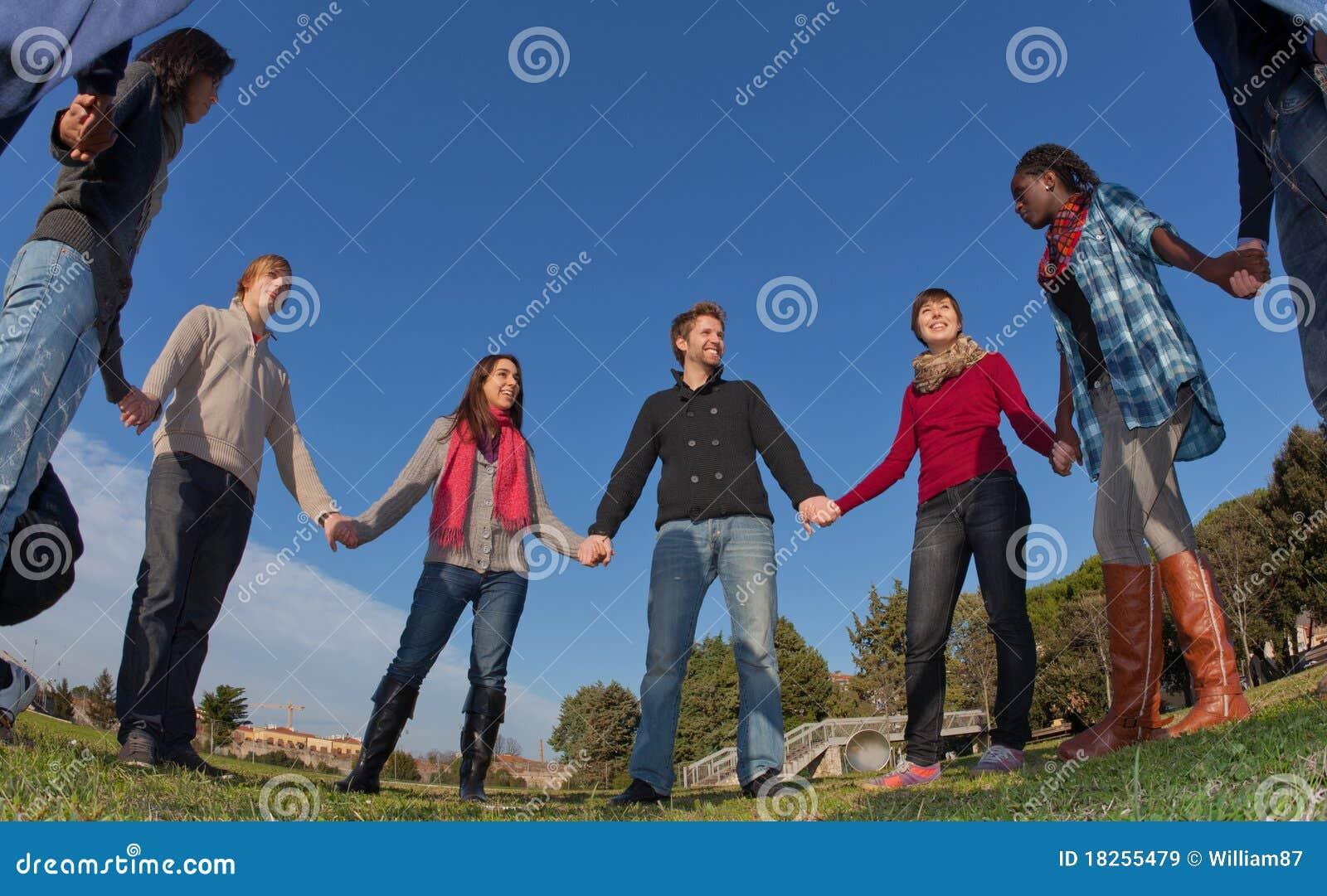 Gruppe von Personen im Kreis