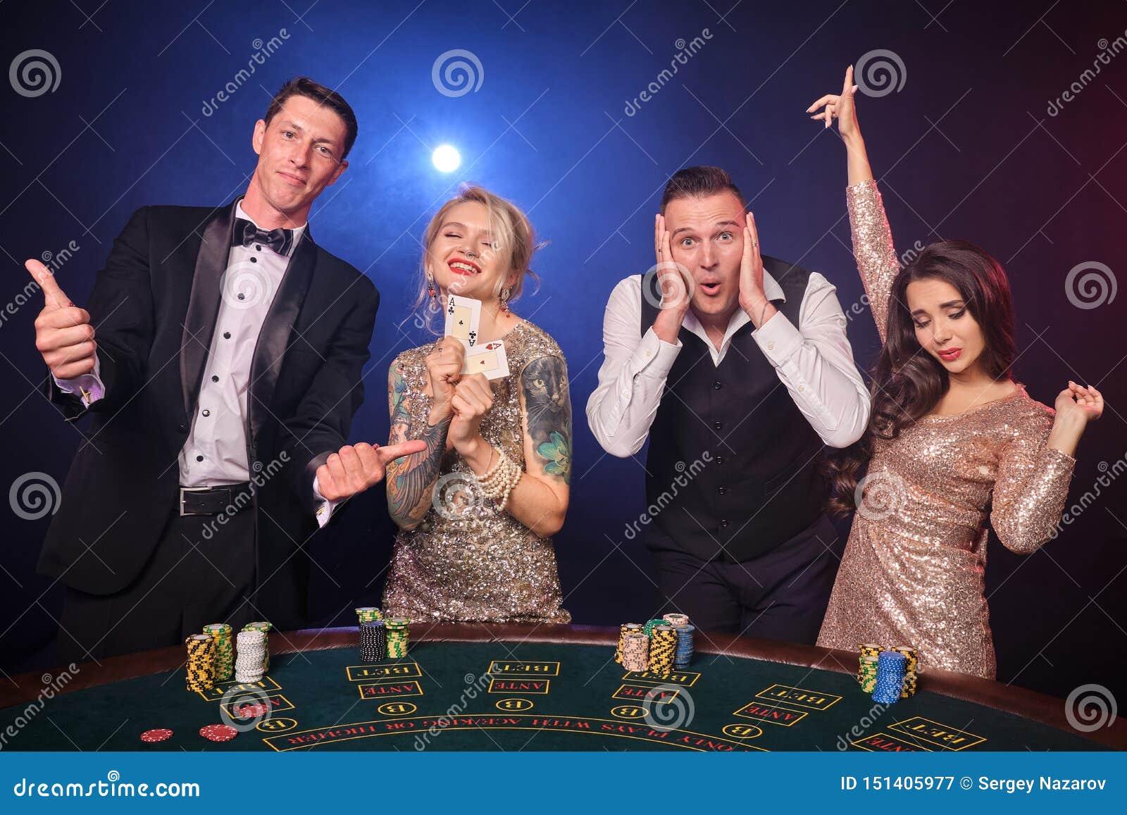 Gruppe von stilvolle reiche Freunde spielen Schürhaken am Kasino
