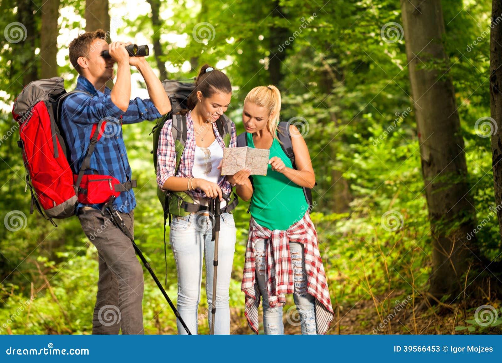 Gruppe wanderer mit karte und ferngläsern stockbild bild von