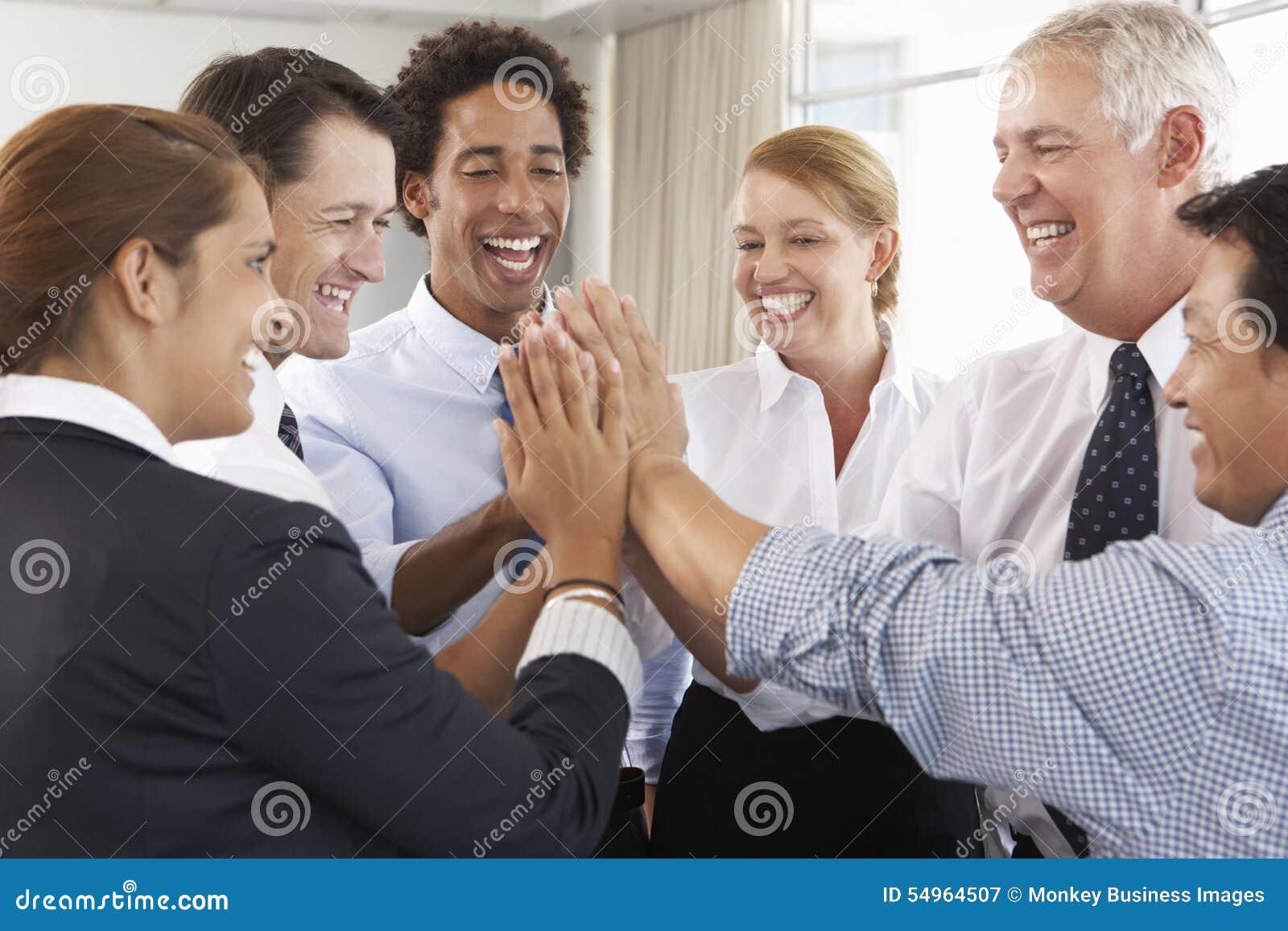 Gruppe Wirtschaftler, die Händen im Kreis bei Firma Semin sich anschließen