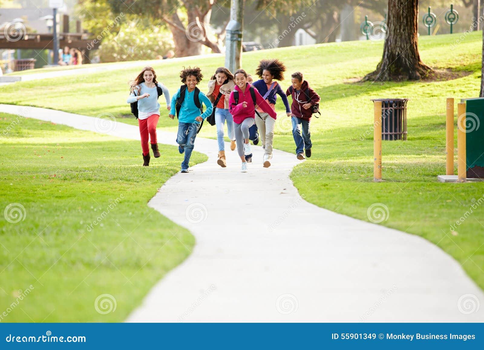 Gruppen av barn som kör längs banan in mot kamera parkerar in