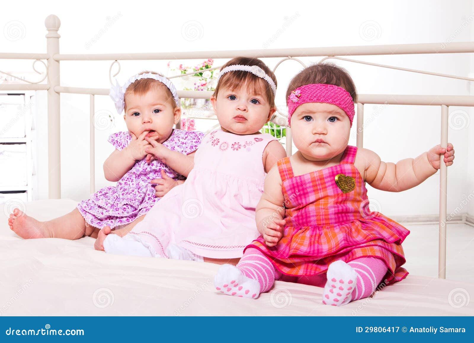 Behandla som ett barn flickor i älskvärda klänningar