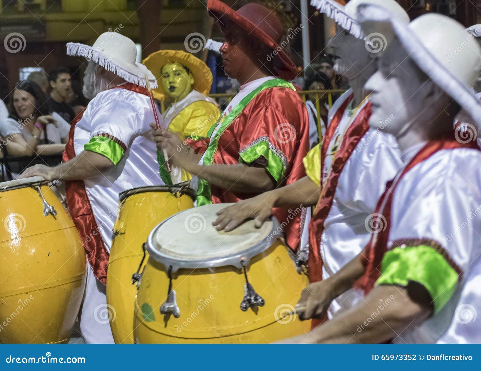 Gruppen av Candombe handelsresande på karnevalet ståtar av Uruguay