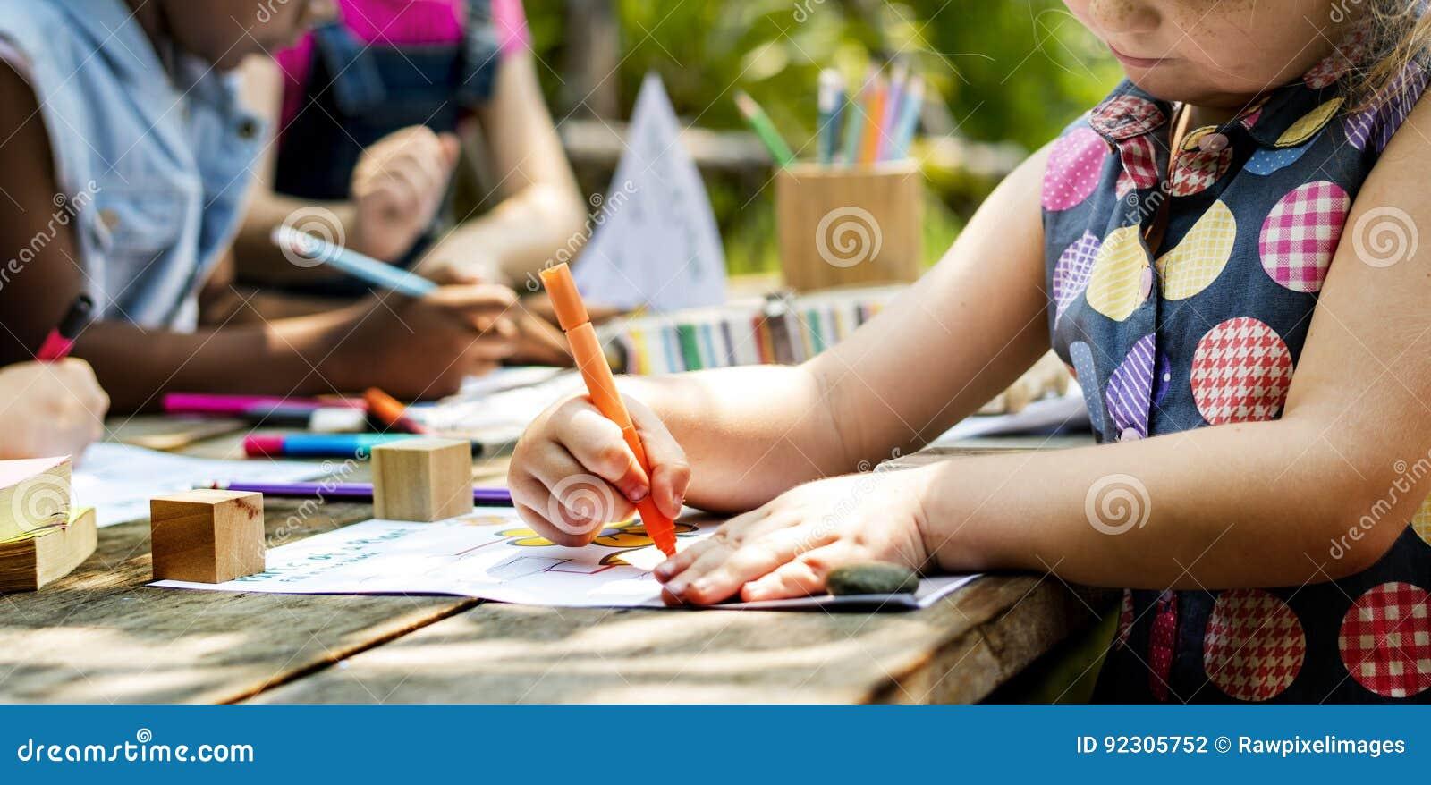 Gruppen av dagiset lurar vänner som utomhus drar konstgrupp