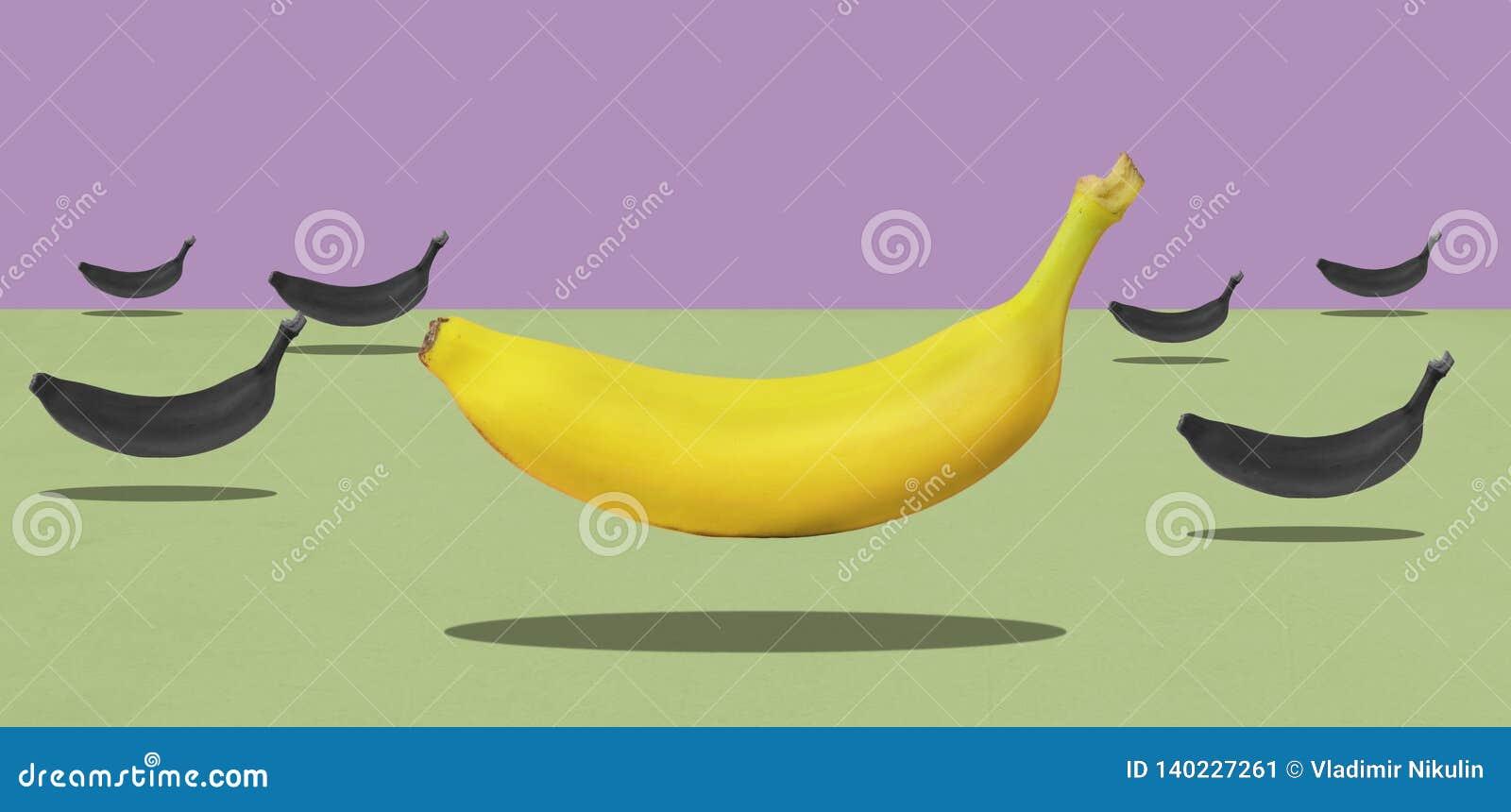 Gruppen av gula bananer med en som är röd, får att sväva