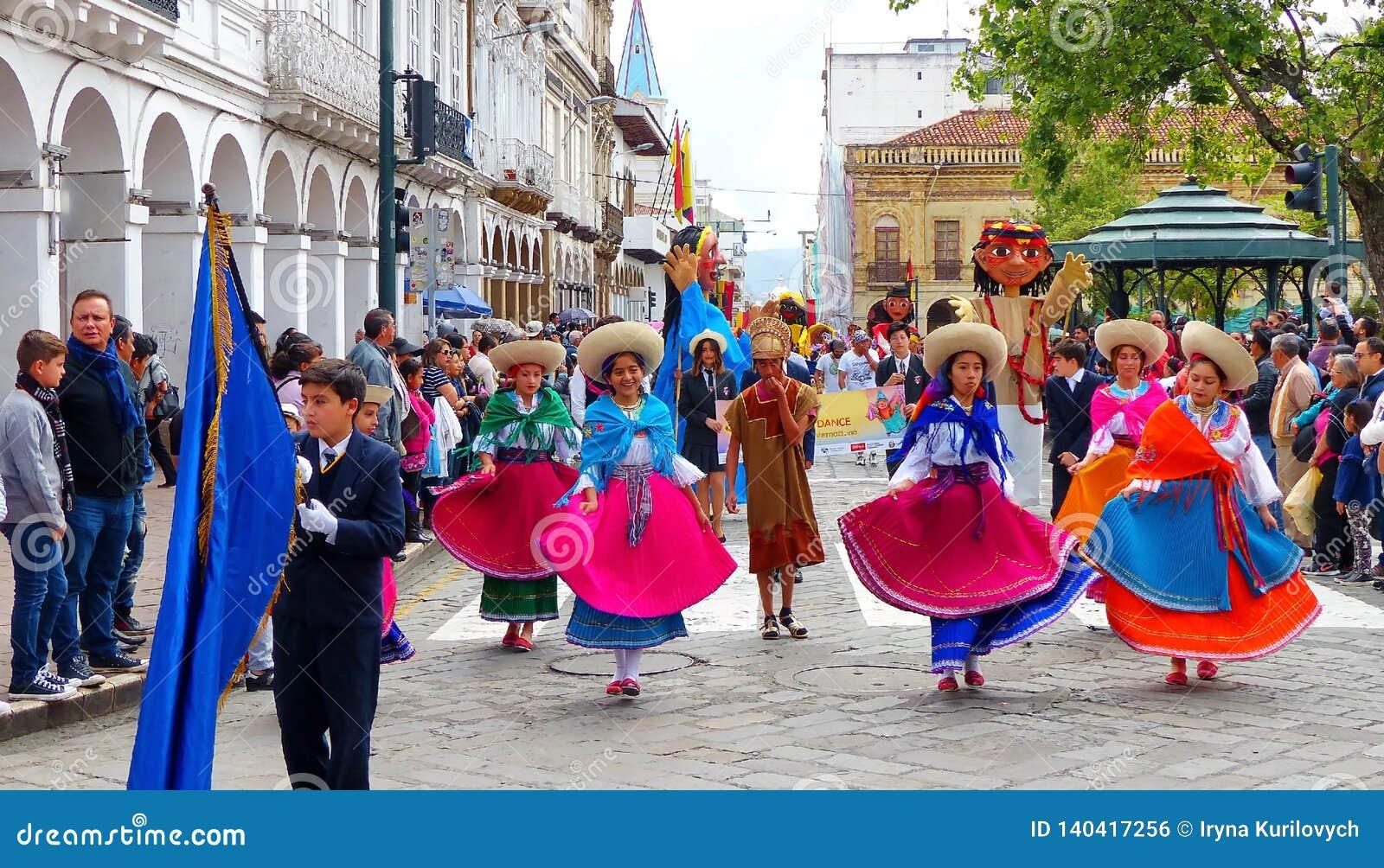 Gruppen av iklädda färgrika dräkter för ungedansare på ståtar, Cuenca