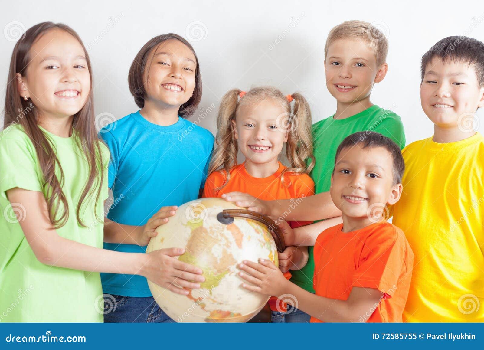 Gruppen av international lurar hållande jordklotjord