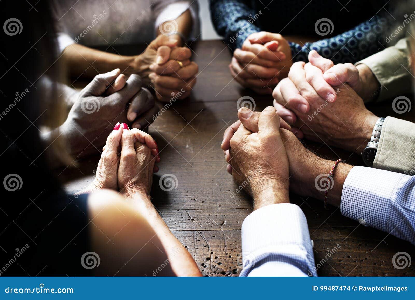 Gruppen av kristet folk ber tillsammans