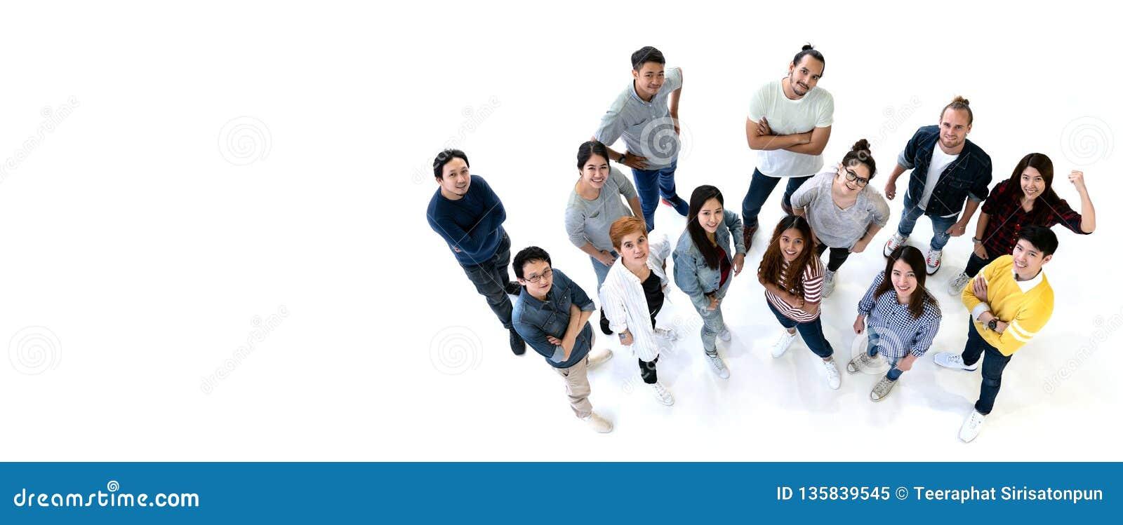 Gruppen av mångfaldfolk Team att le med bästa sikt Etnicitetgrupp av idérik teamwork i tillfällig lycklig livsstil samman med
