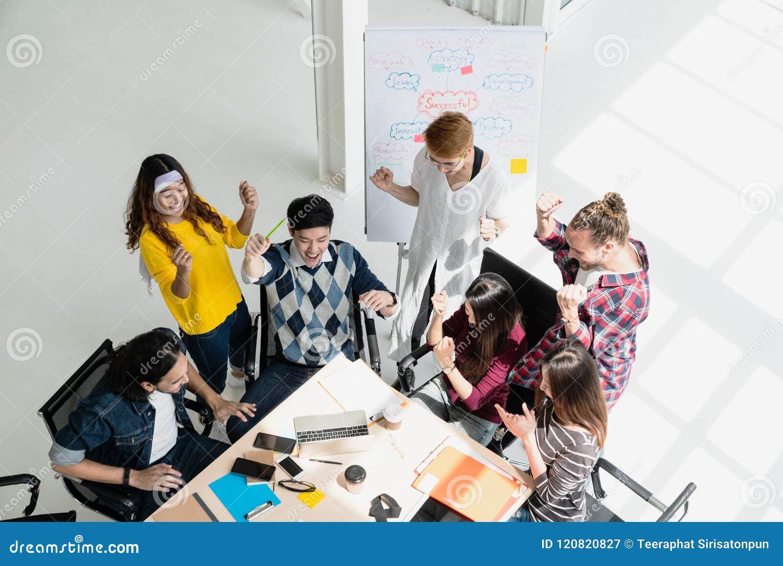 Gruppen av mångfaldfolk Team att le och gladlynt i framgångarbete på det moderna kontoret Idérik multietnisk teamwork som känner