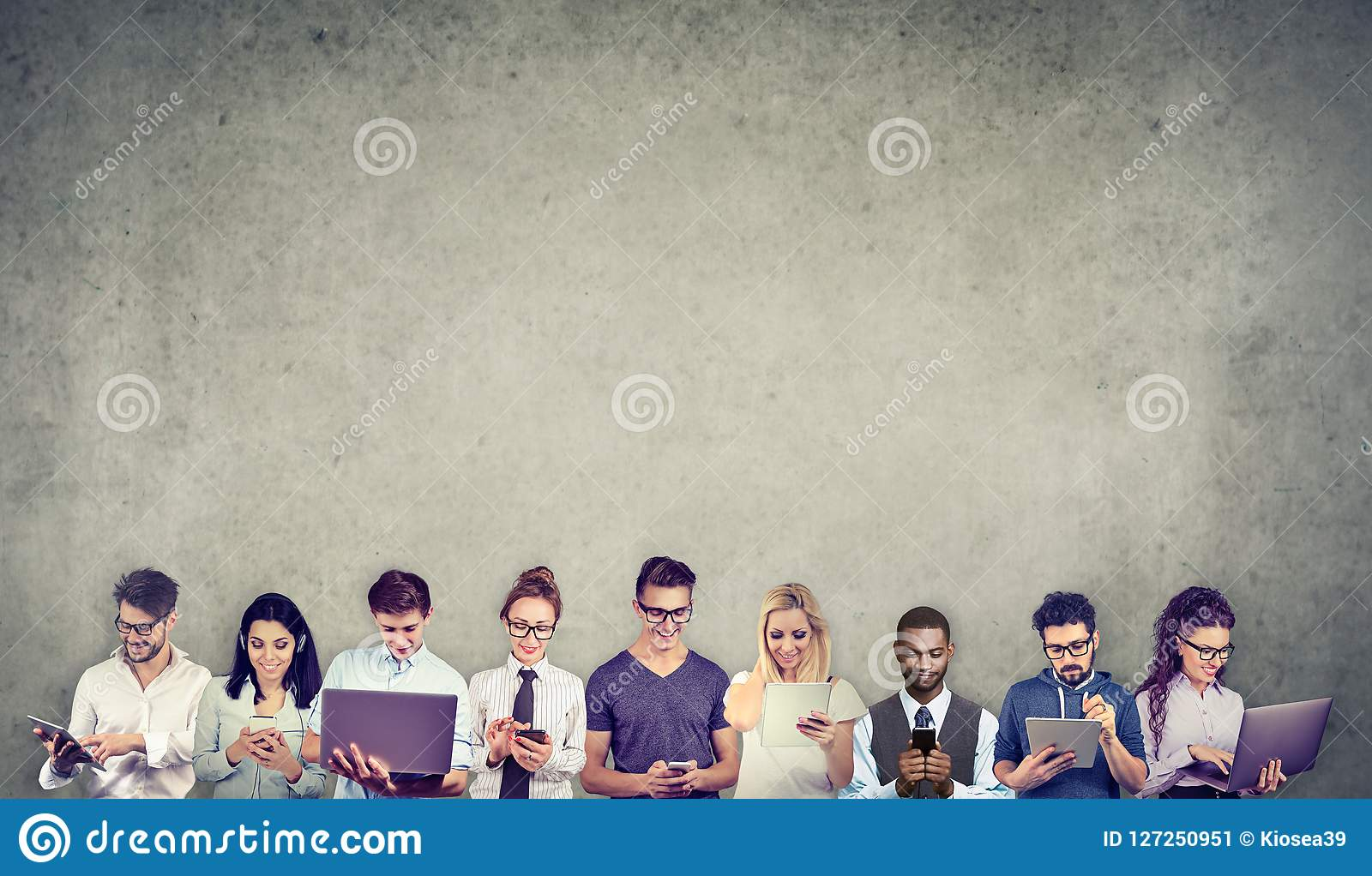 Gruppen av mångkulturellt folk förband, genom att använda digitala mobila grejer