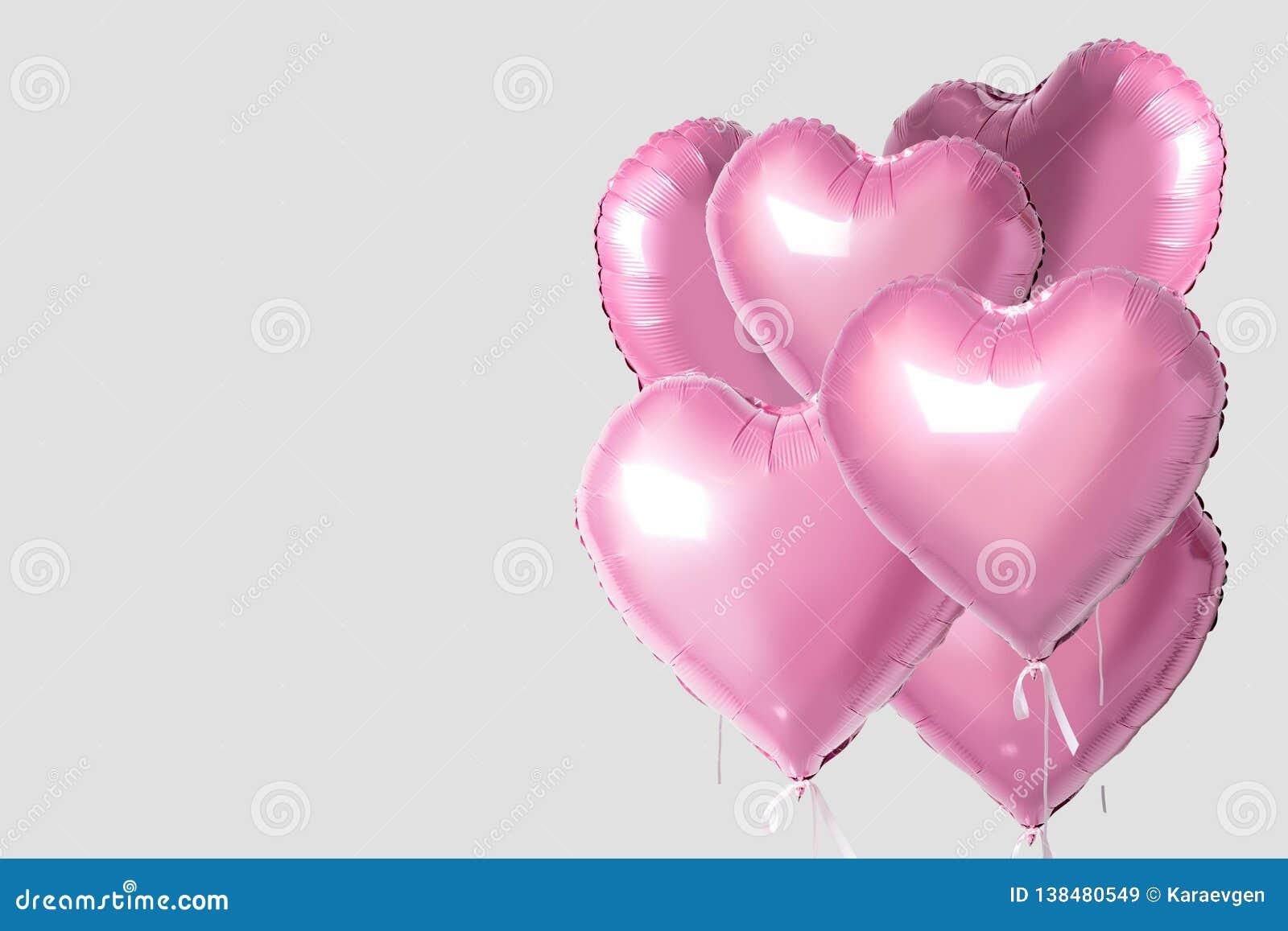 Gruppen av rosa färghjärta formade folieballonger som isolerades på ljus bakgrund Minsta förälskelsebegrepp