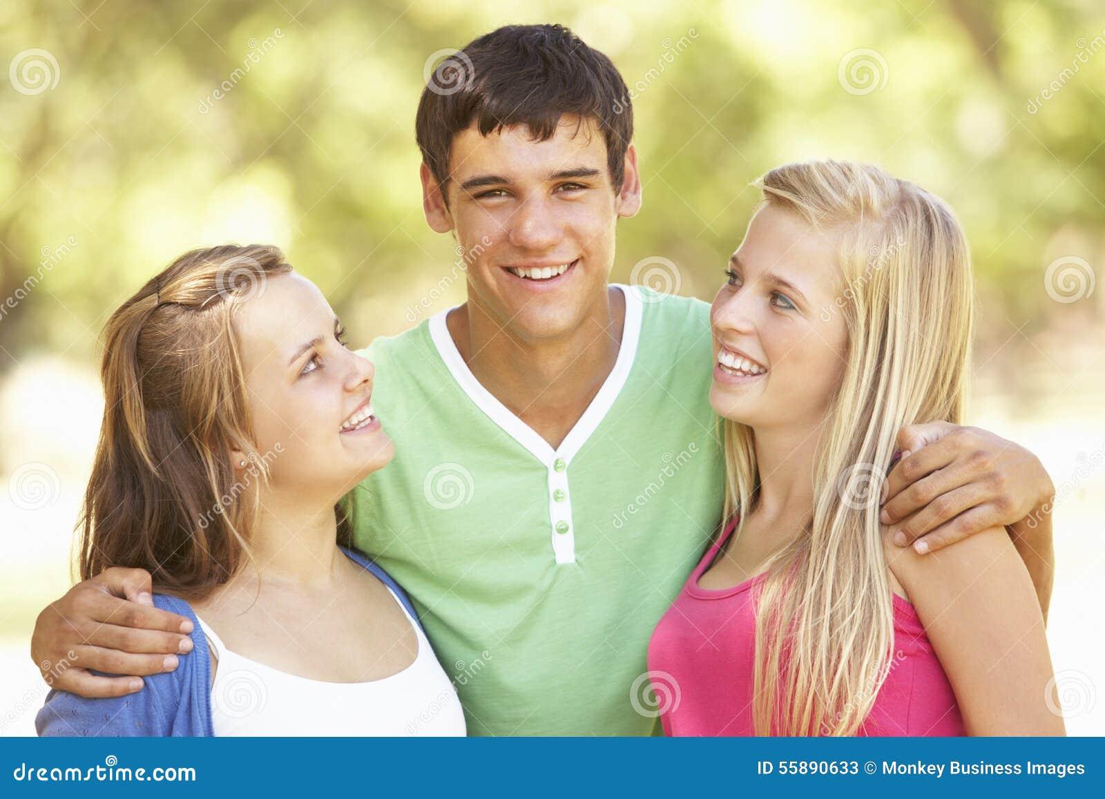 Gruppen av tonårs- vänner som har gyckel parkerar in