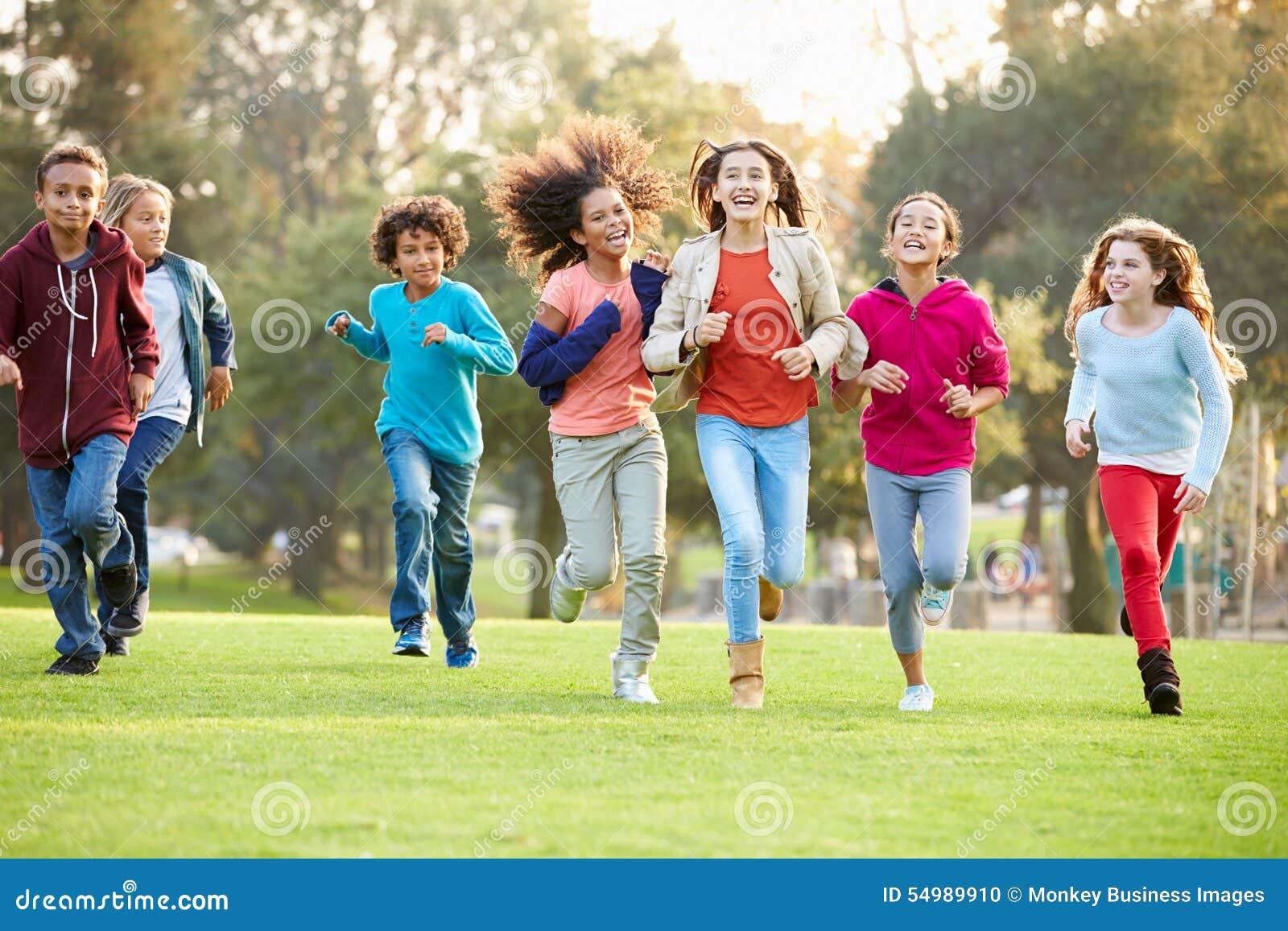 Gruppen av unga barn som kör in mot kamera parkerar in