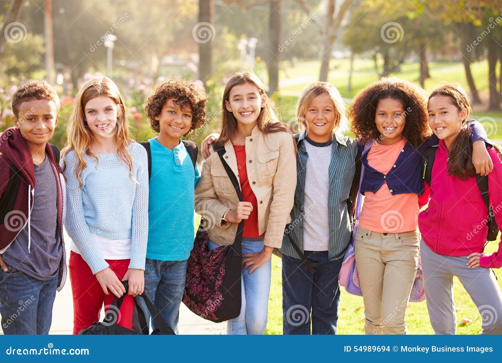 Gruppen av unga barn som ut hänger i, parkerar