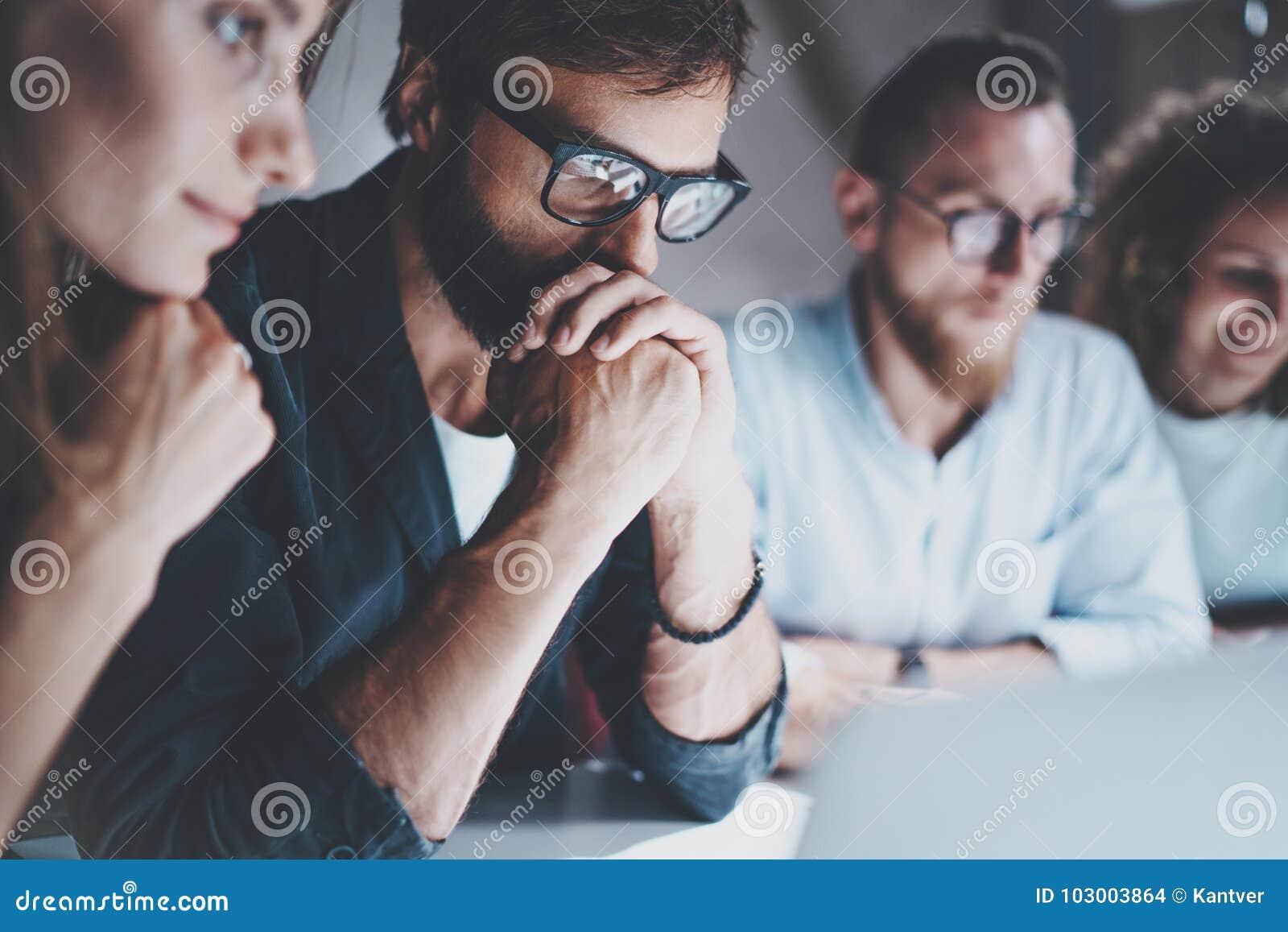 Gruppen av unga entreprenörer söker efter en affärslösning under arbetsprocess på nattkontoret vektor för folk för affärsillustra