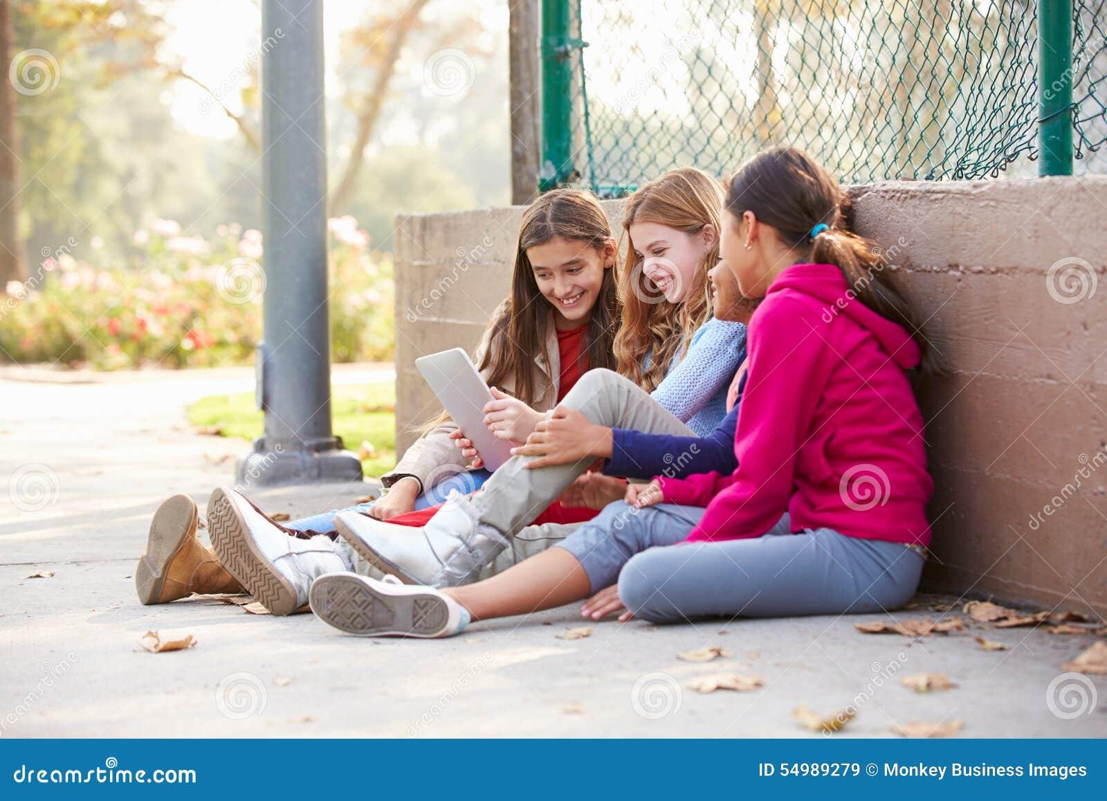 Gruppen av unga flickor som använder den Digital minnestavlan parkerar in