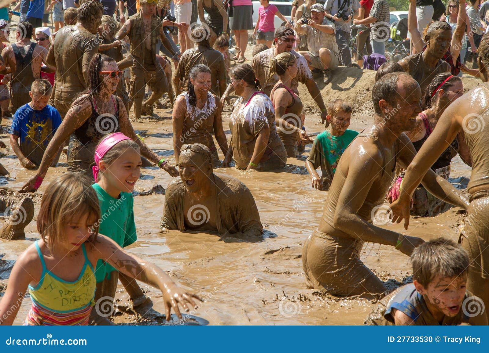 Gruppen-Partei in der Schlammgrube