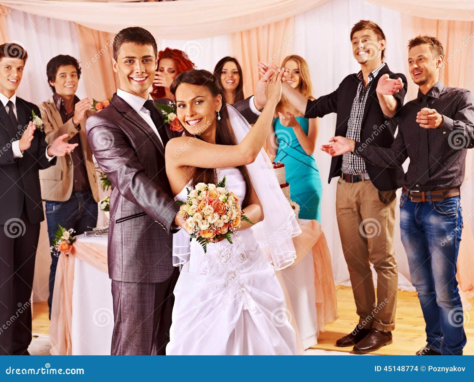 Gruppenleute an der Hochzeitstanz