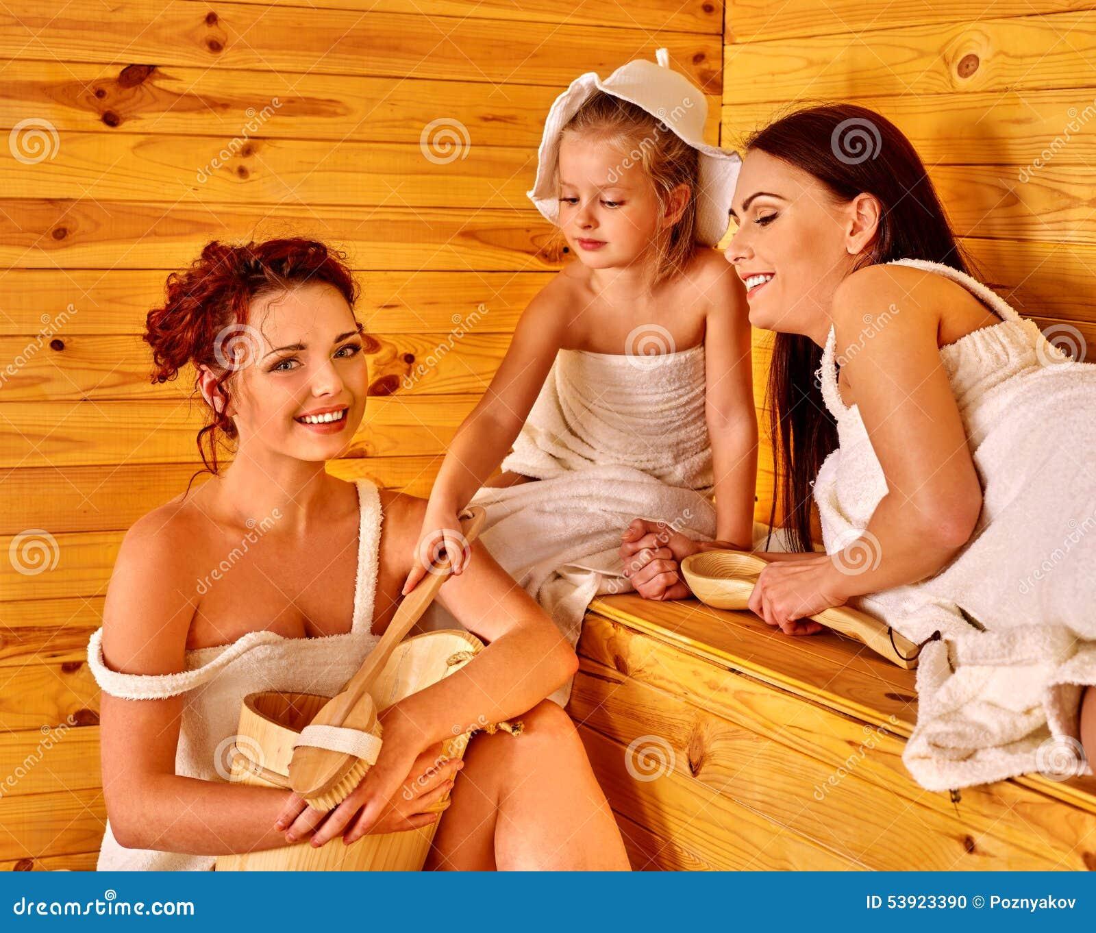 Gruppenleute mit Kind in der Sauna