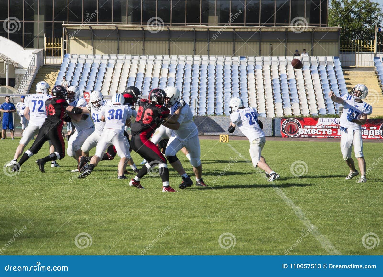 Gruppi per football americano contro il contesto di un campo verde