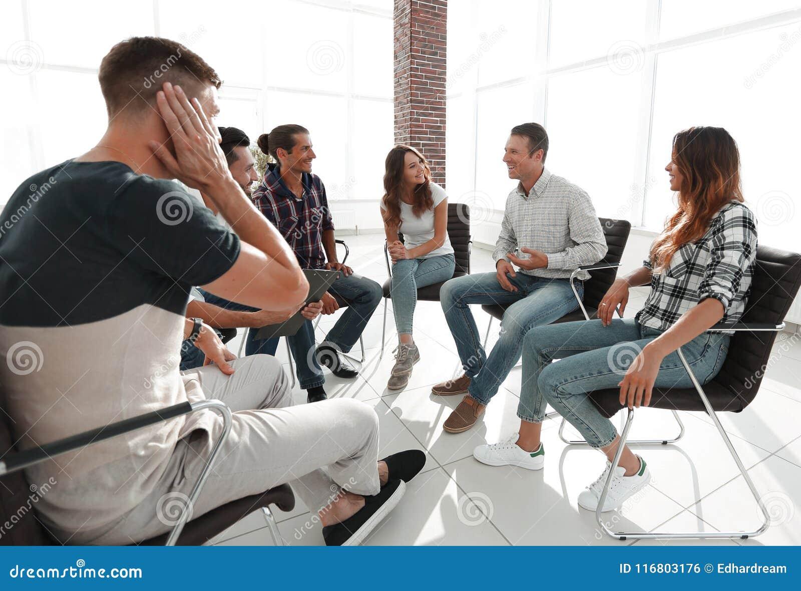 Gruppo creativo che si siede nell ingresso dell ufficio