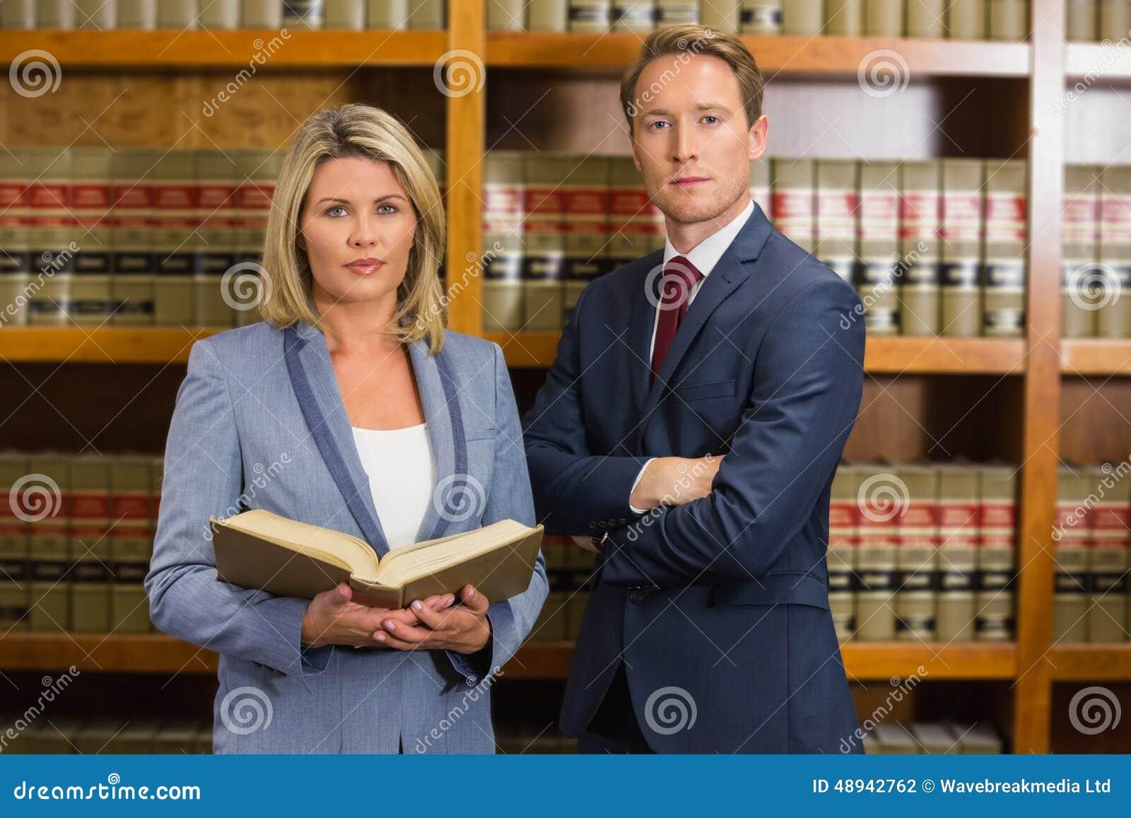 Gruppo degli avvocati nella biblioteca di legge