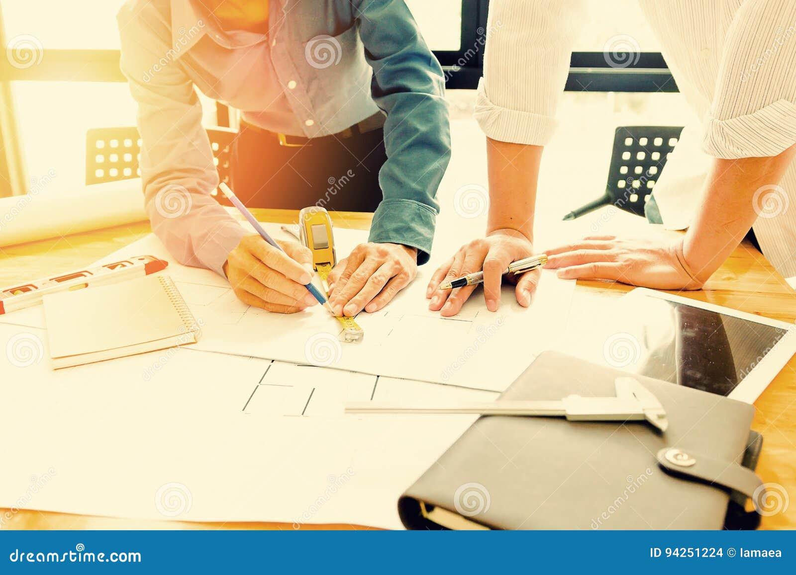 Ufficio Di Un Architetto : Gruppo degli ingegneri che lavorano insieme in un ufficio di