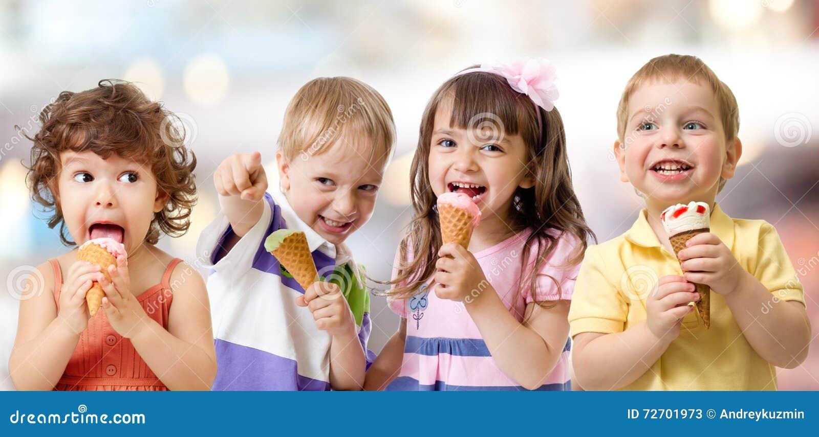Gruppo dei bambini o dei bambini che mangia il gelato