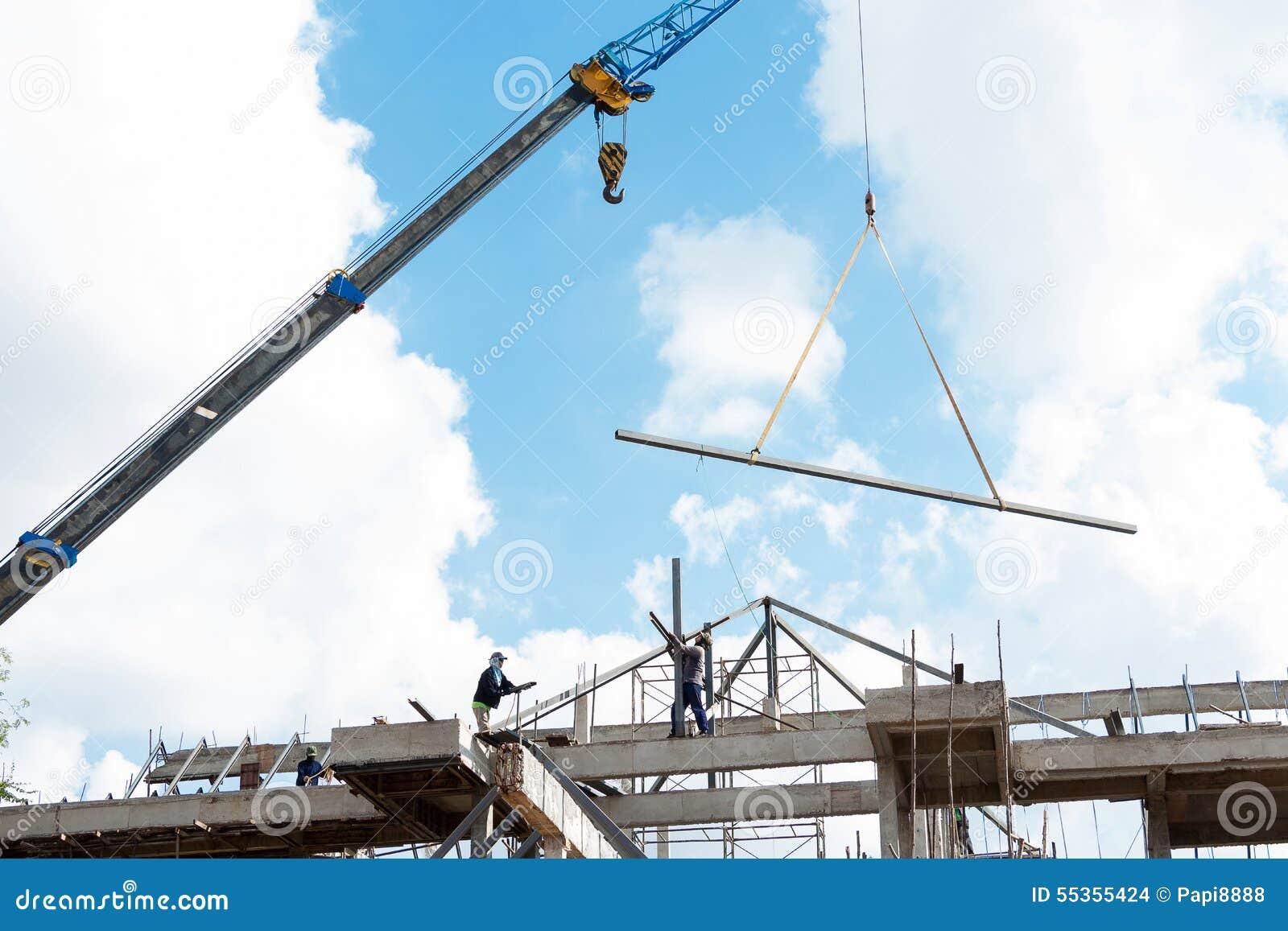Gruppo dei lavoratori su un fondo del cielo